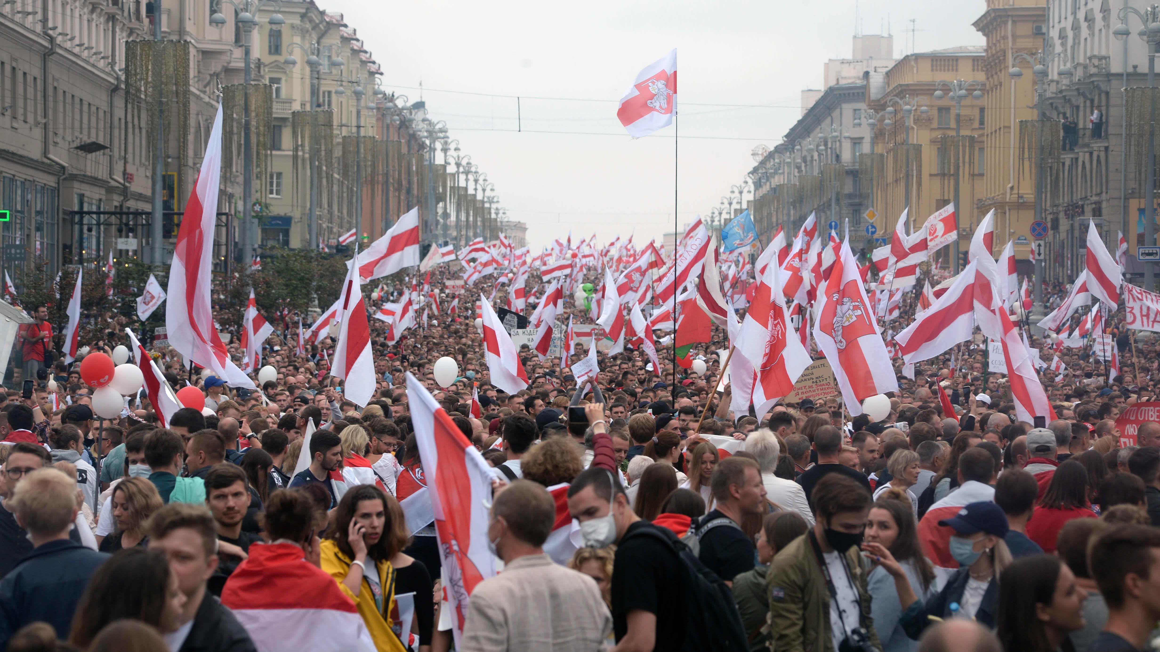 Mielenosoittajat täyttivät Minskin kadut sunnuntaina 23. elokuuta 2020.