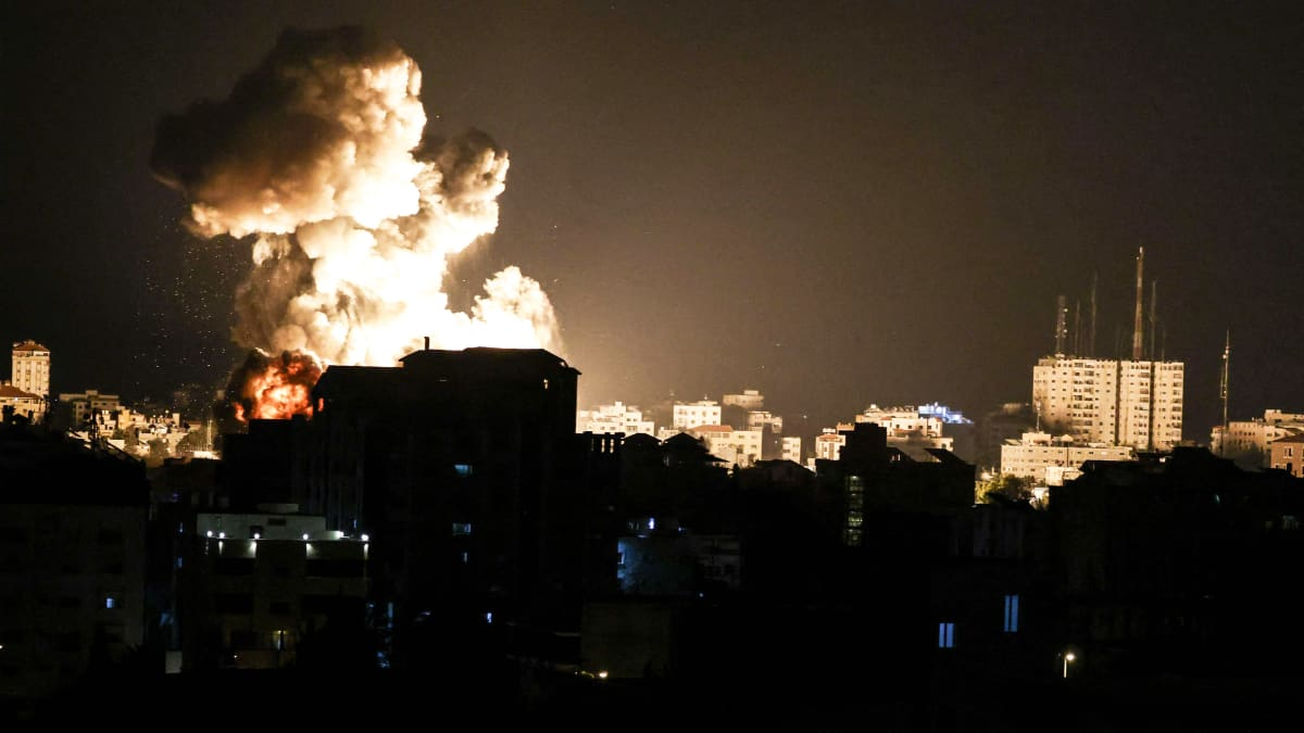 Yöllisiä ilmaiskuja ja räjähdyksiä Gazassa