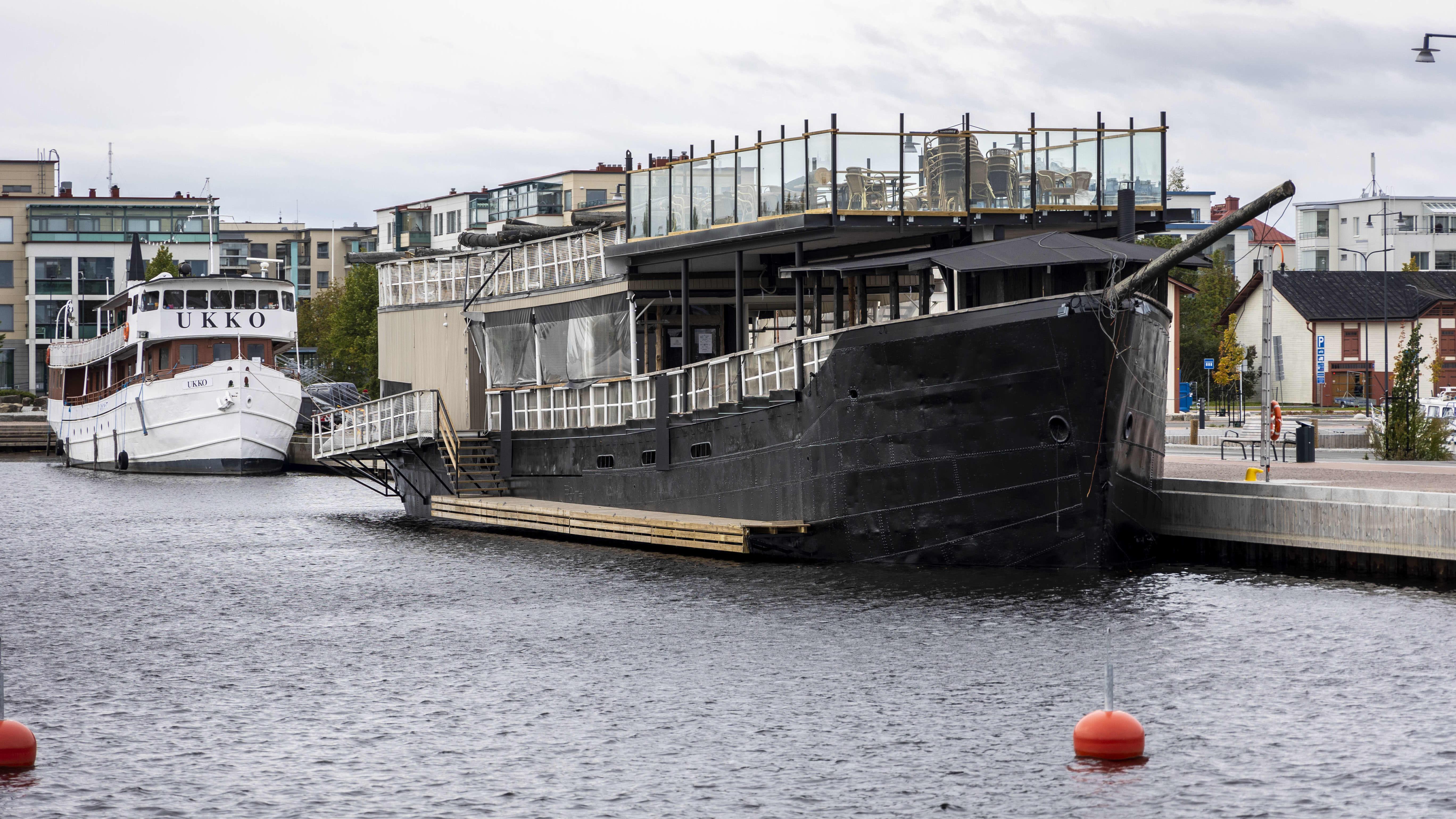 Ravintolalaiva Toivo ankkuroituna Kuopion satamassa