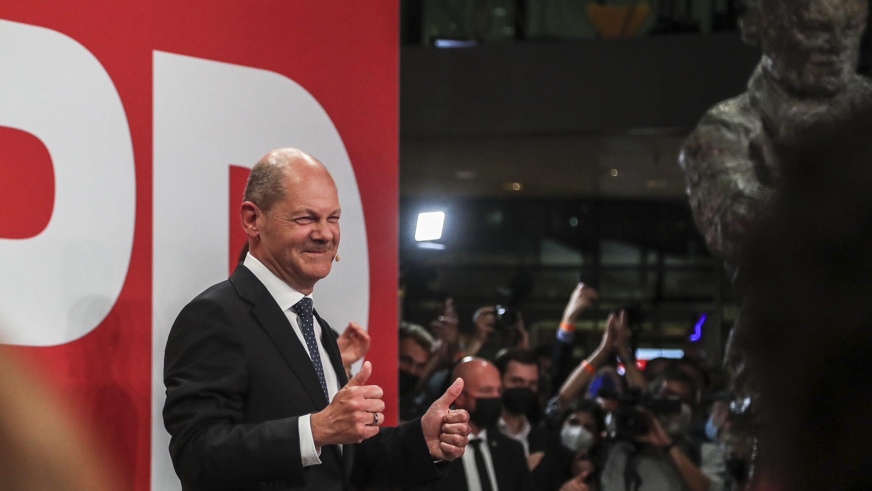 SPD:n Olaf Scholz vaalivalvojaisissa