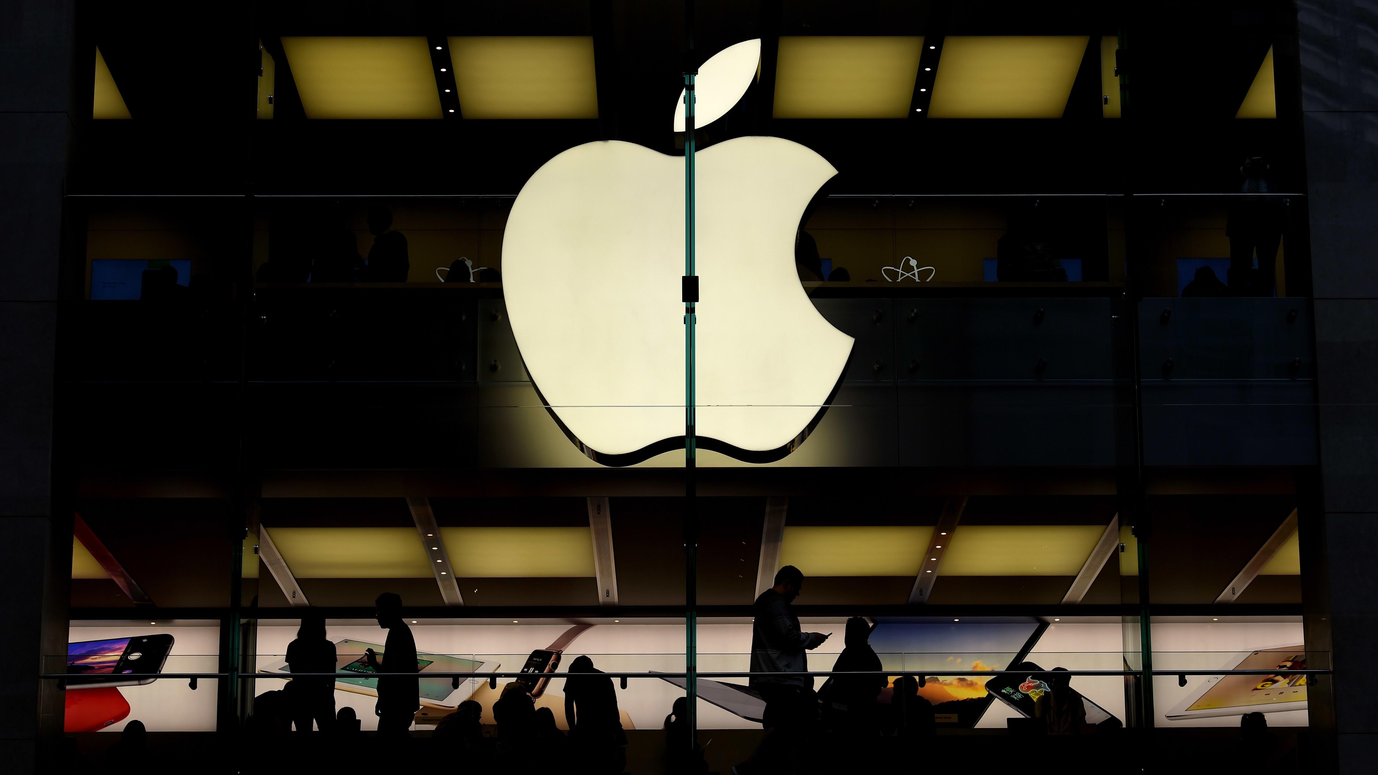Kuvassa teknologiayhtiö Applen logo liikkeen ulkona