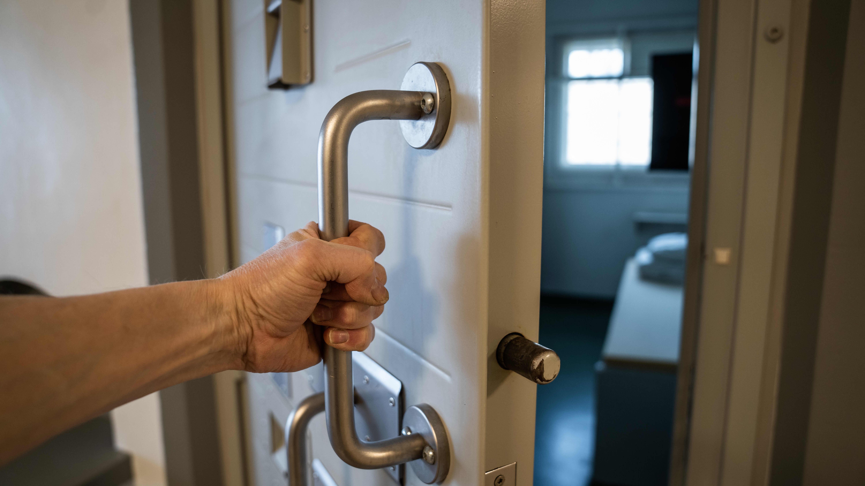 käsi ovenkahvassa riihimäen vankila