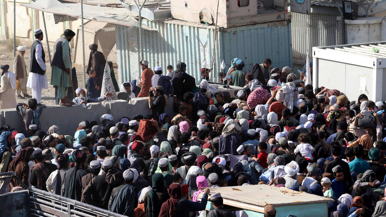 Väkijoukko rajanylityspaikalla Afganistanista Pakistaniin.