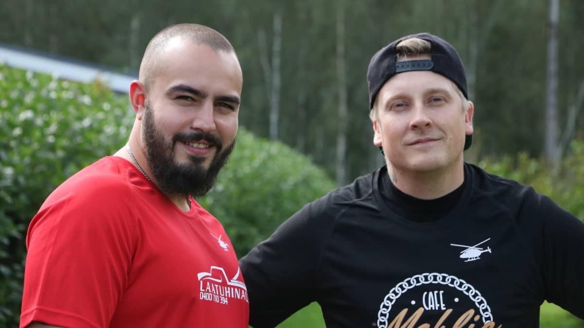 TikTokin sisällöntuottajat Räpfaija eli Ville Vuorinen ja Hoodifaija eli Zico Jadda hymyilevät ja katsovat kohti kameraa.