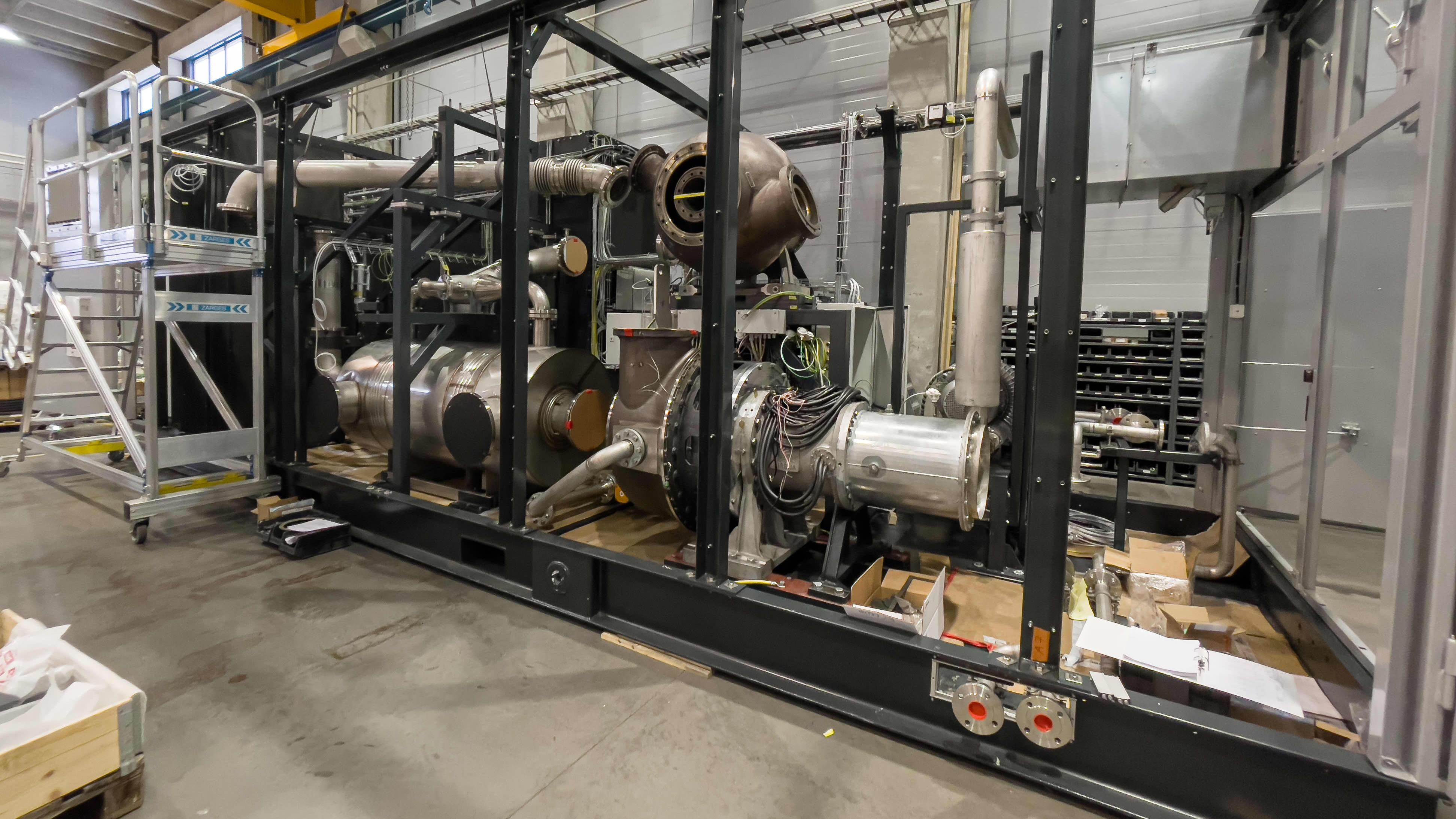 Aurelia Turbines pienvoimala jonka sisällä tehokas kaasuturbiini.