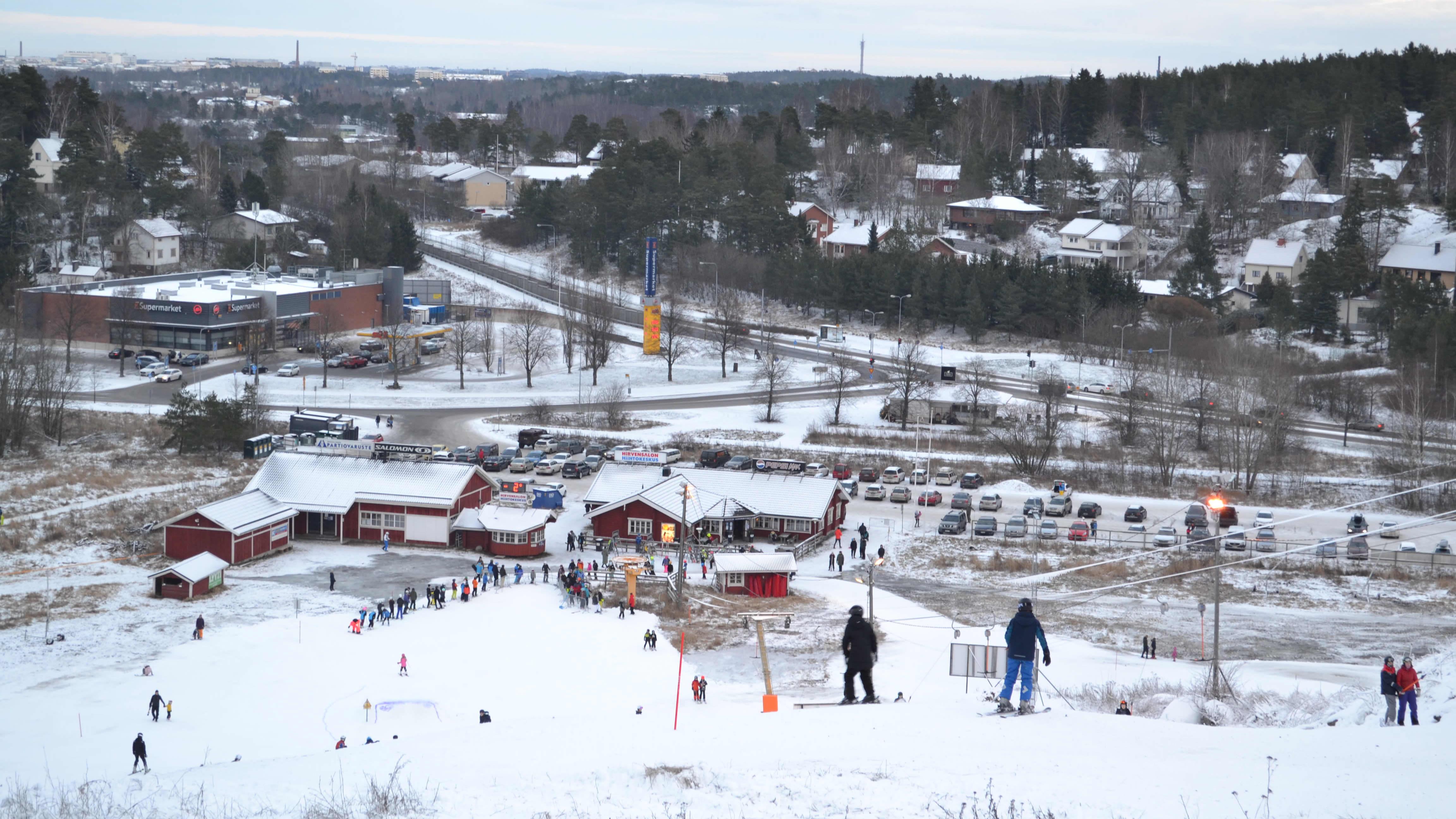 Slalomåkare i Hirvensalo skidbacke.