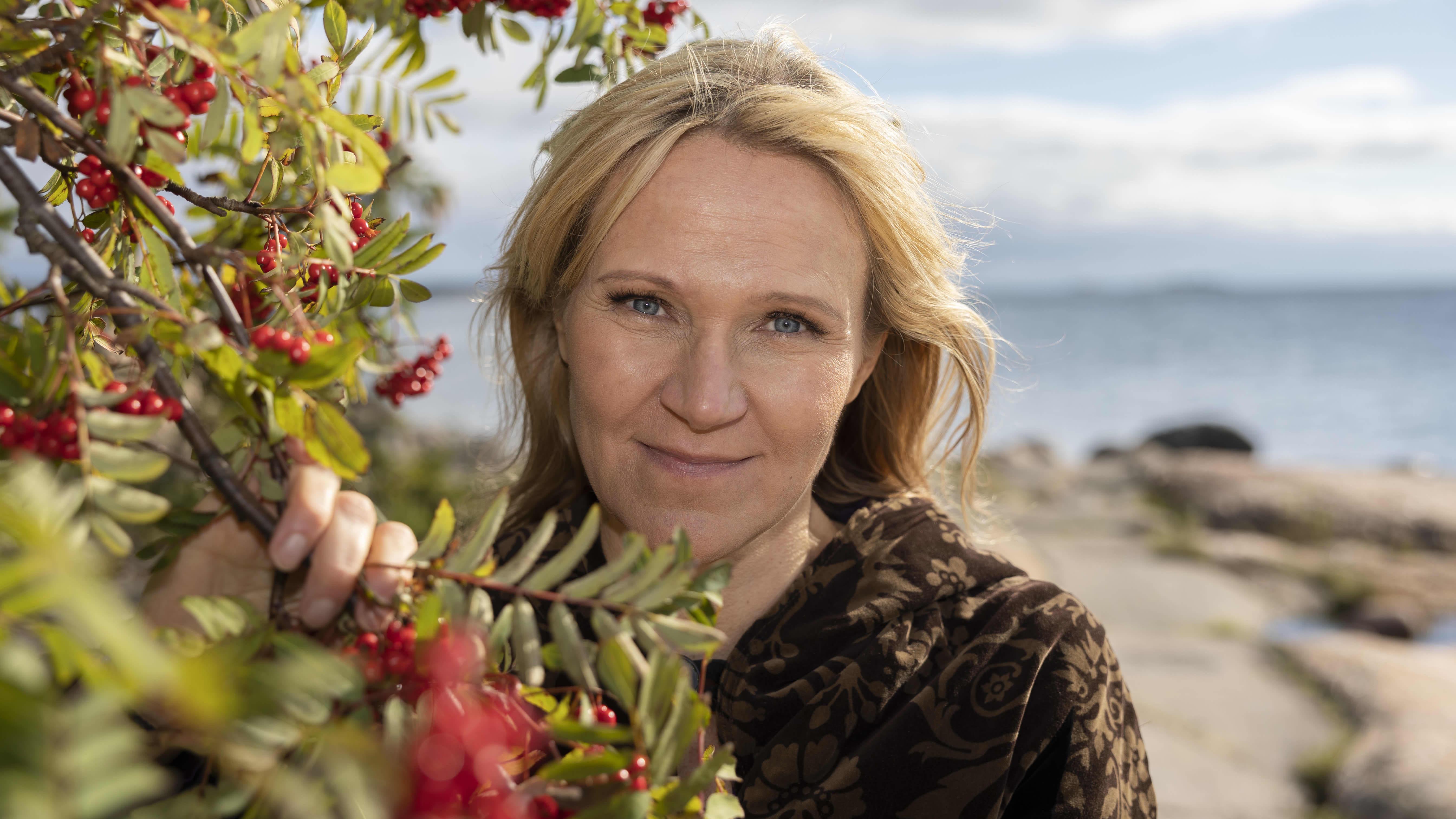 Kirjailija Johanna Venho meren rannalla.