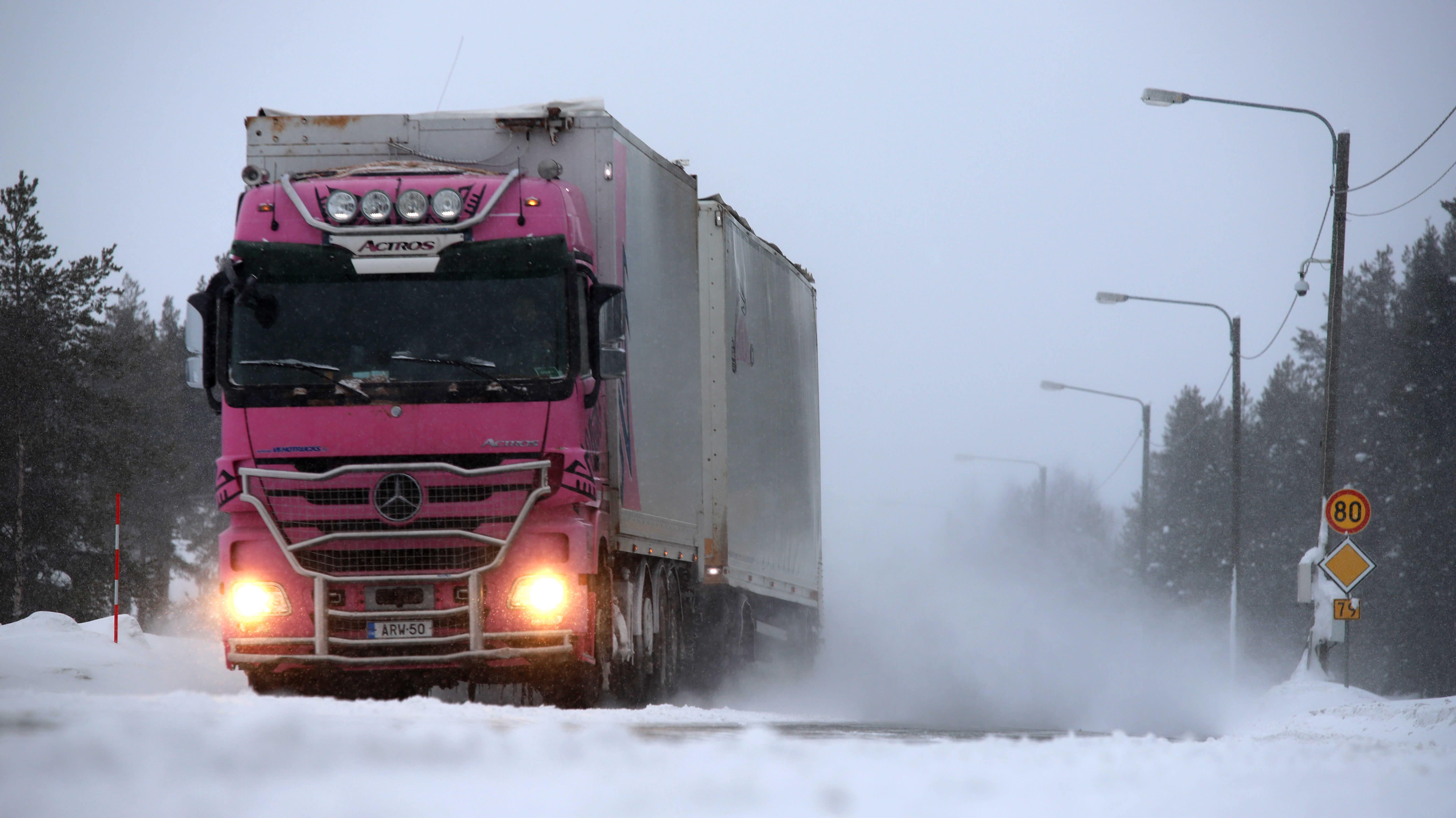 Pinkki rekka ajaa kantatiellä 79 Kittilässä.