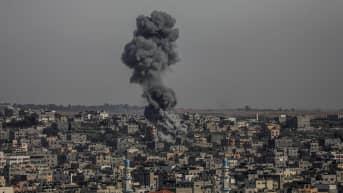 Gazassa savusi tiistaina Israelin tekemän ilmaiskun jäljiltä.