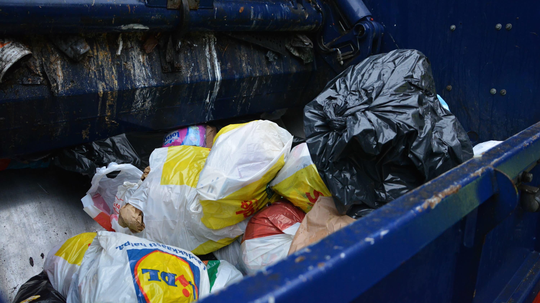Jätepusseja jäteautossa.