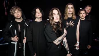 Kuusihenkinen Blind Channel -yhtye poseeraa mustissa vaatteissa vakavat ilmeet kasvoillaan.