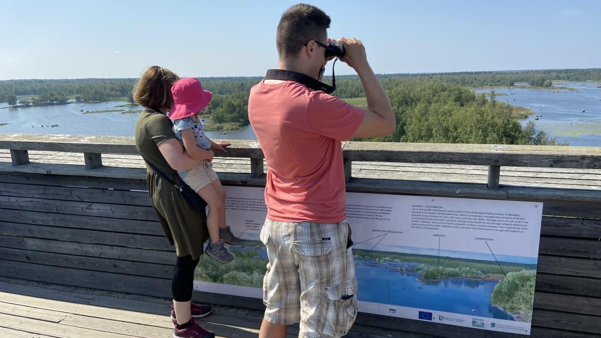 Turisteja kiikaroimassa Svedjehamnin näkötornissa Björkössä, Unescon maailmanperintökohteessa.