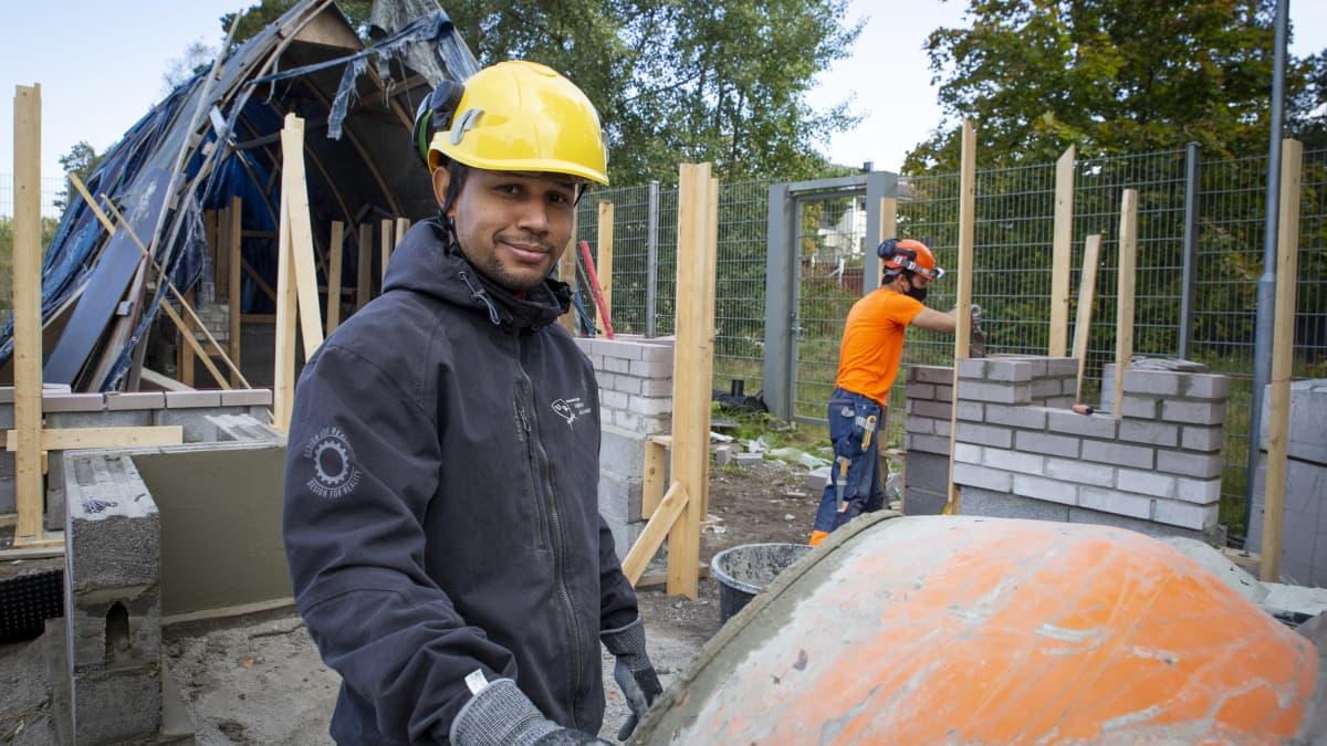 Alkujaan Dominikaanisesta tasavallasta kotoisin oleva Yonathan Familia Fernandez opiskelee Stadin ammattiopistossa talonrakentajaksi. Hän uskoo, että töitä riittää.