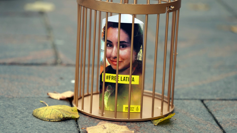 Kultahäkki, jonka sisällä prinsessa Latifa Al Maktoumin kuva.