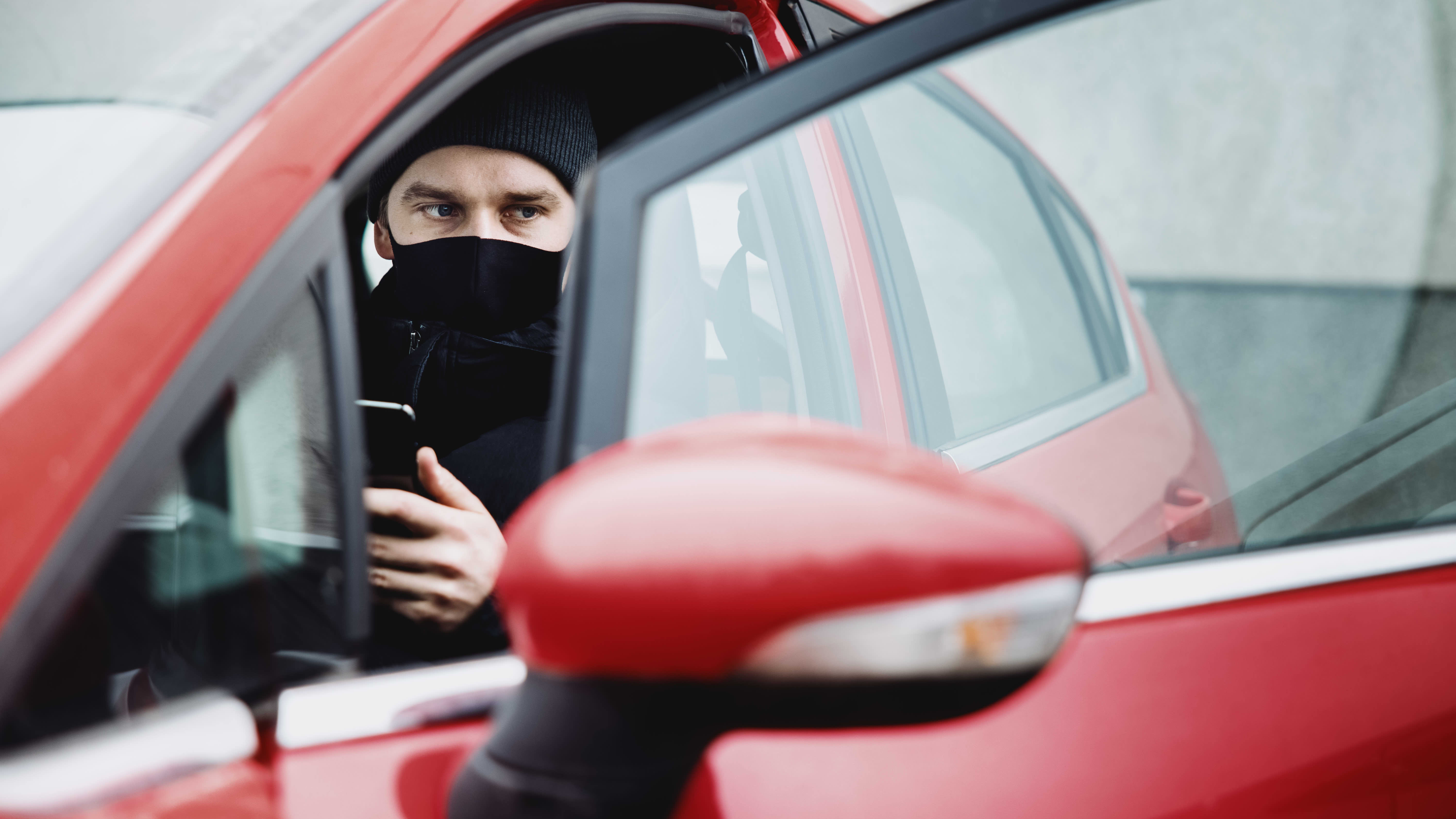 Autonomistaja Joel Huotilainen kokeilee auton etähallintaa ensimmäistä kertaa.