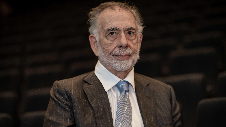 Elokuvaohjaaja Francis Ford Coppola henkilökuvassa tyhjässä elokuvateatterissa.
