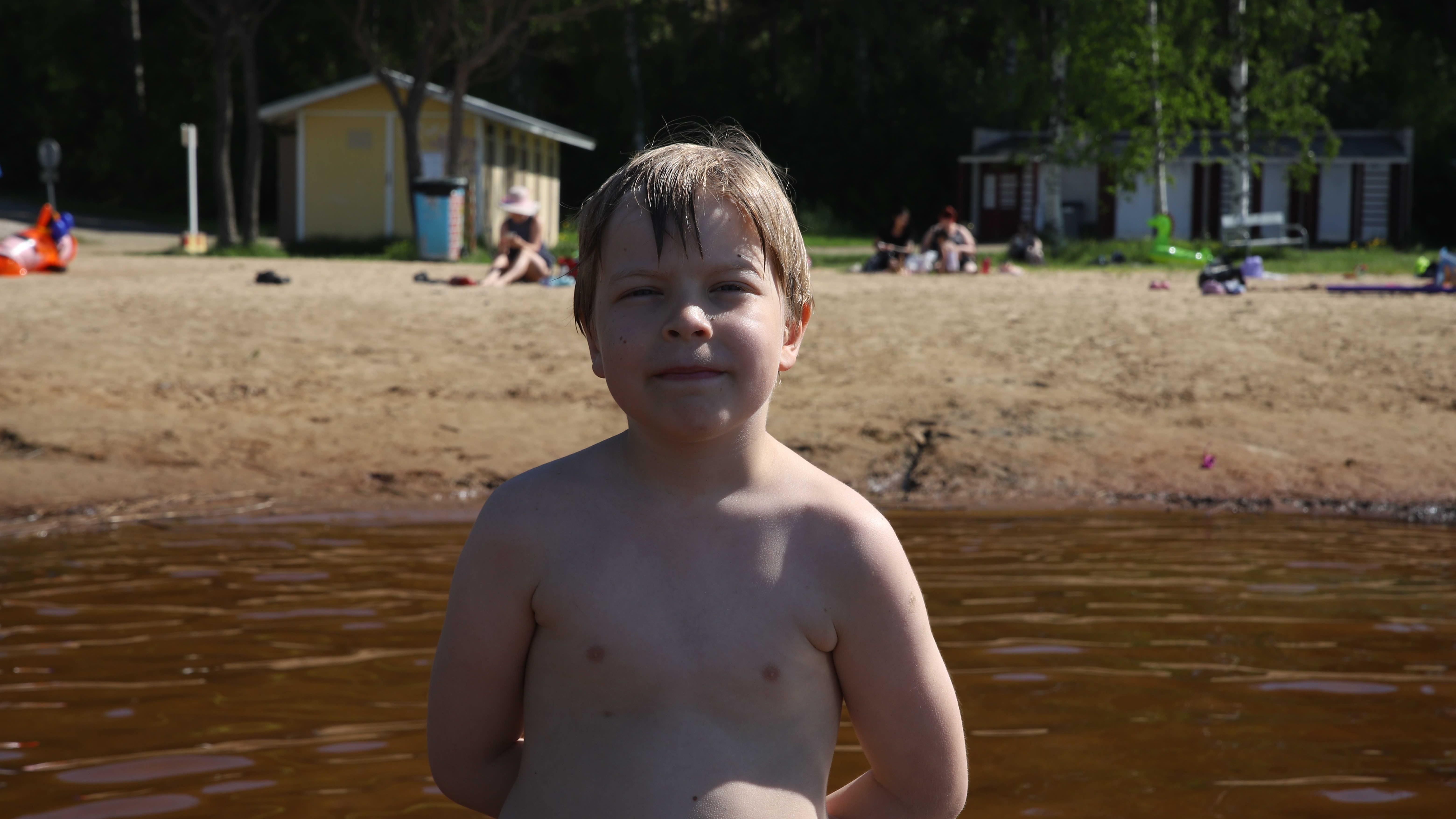 Kajaanilainen Ohto Sorvari Paltaniemen uimarannalla.