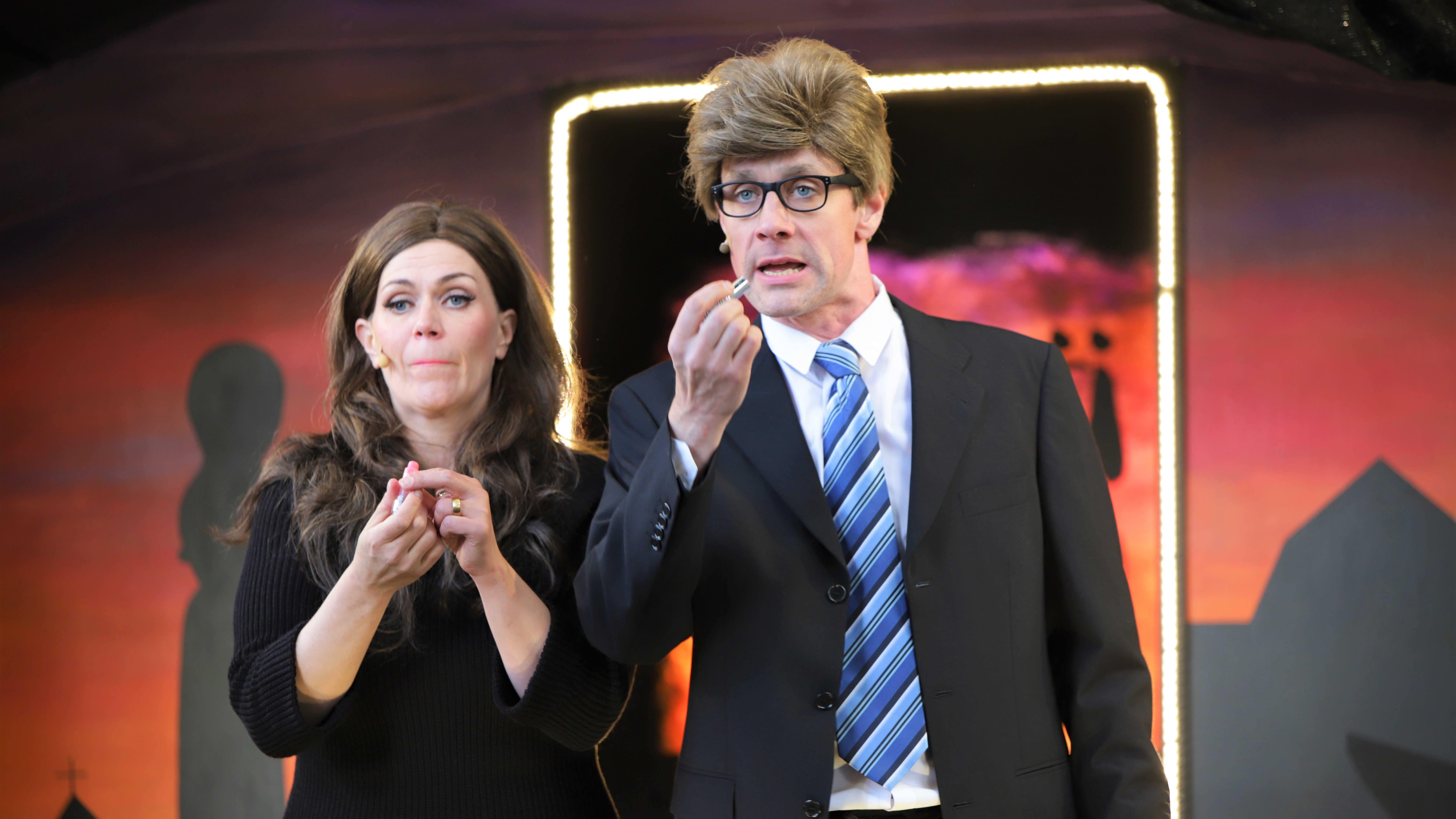 Sanna Marin ja Matti Vanhanen punaavat huuliaan teatteri perikunnan esityksesä.