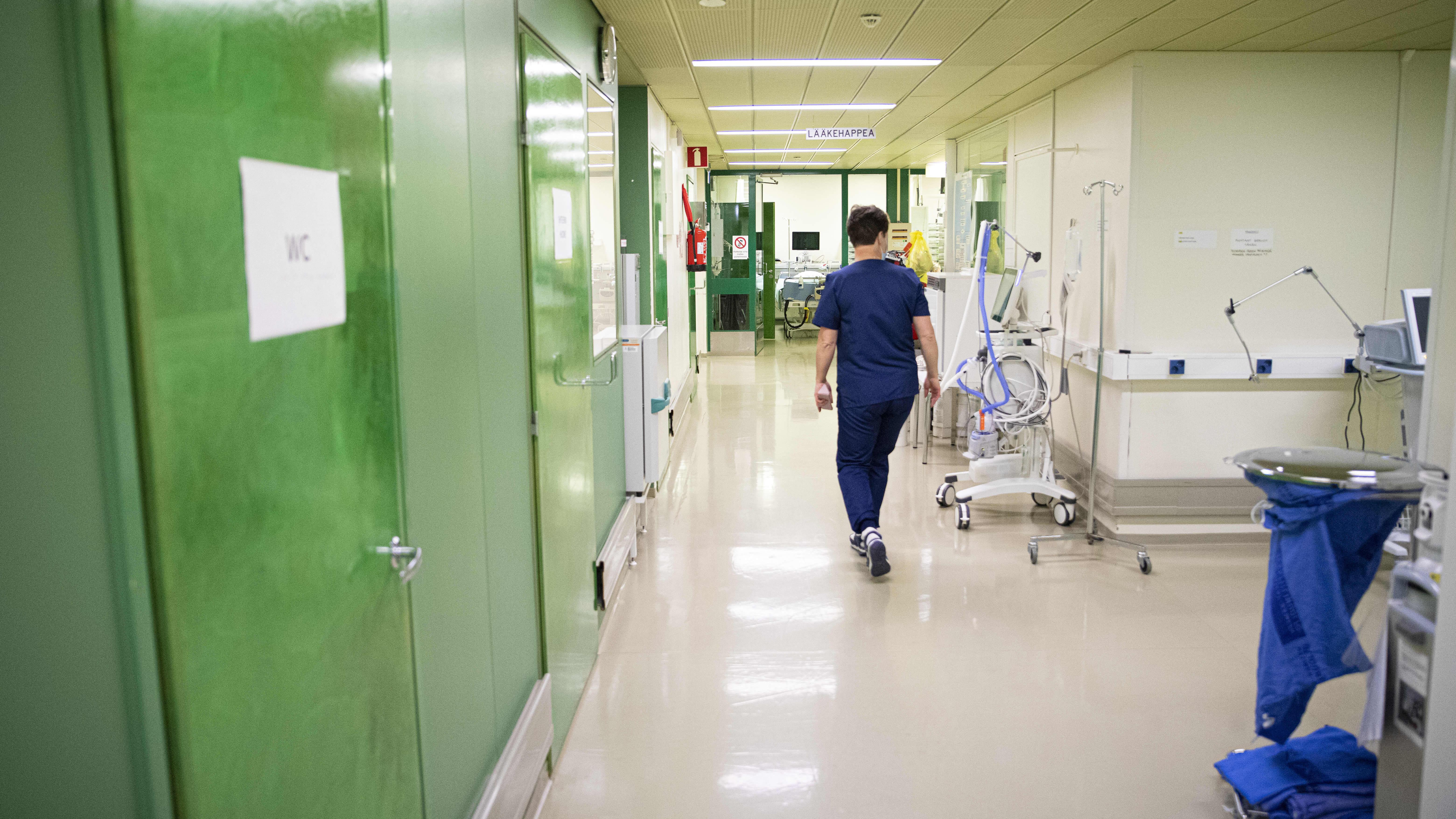 Osastonhoitaja kävelee Kanta-Hämeen keskussairaalan teho-osastolla.
