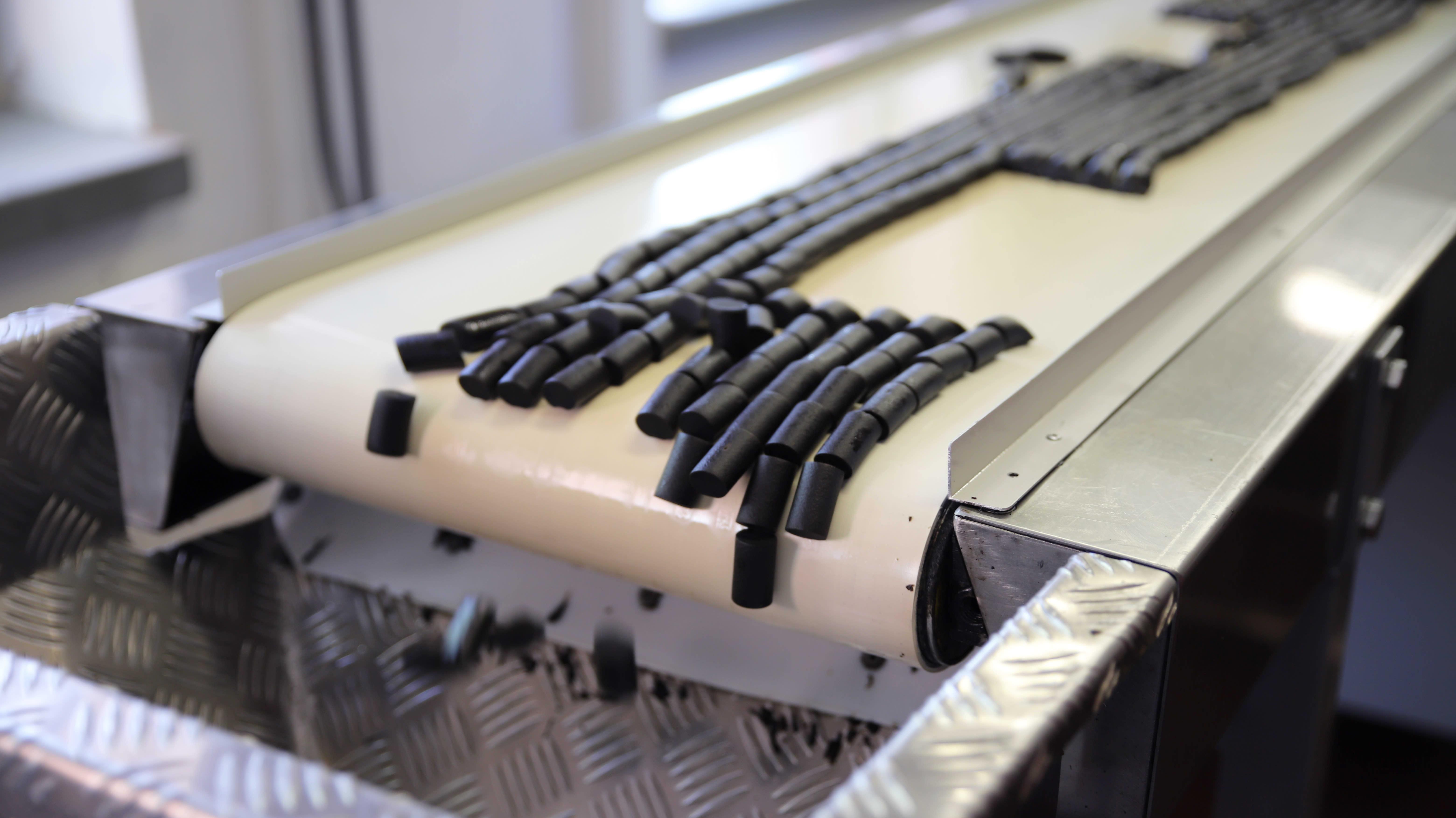 Kouvolan lakritsin tehtaan liukuhihnalla liikkuvaa lakrtisia.