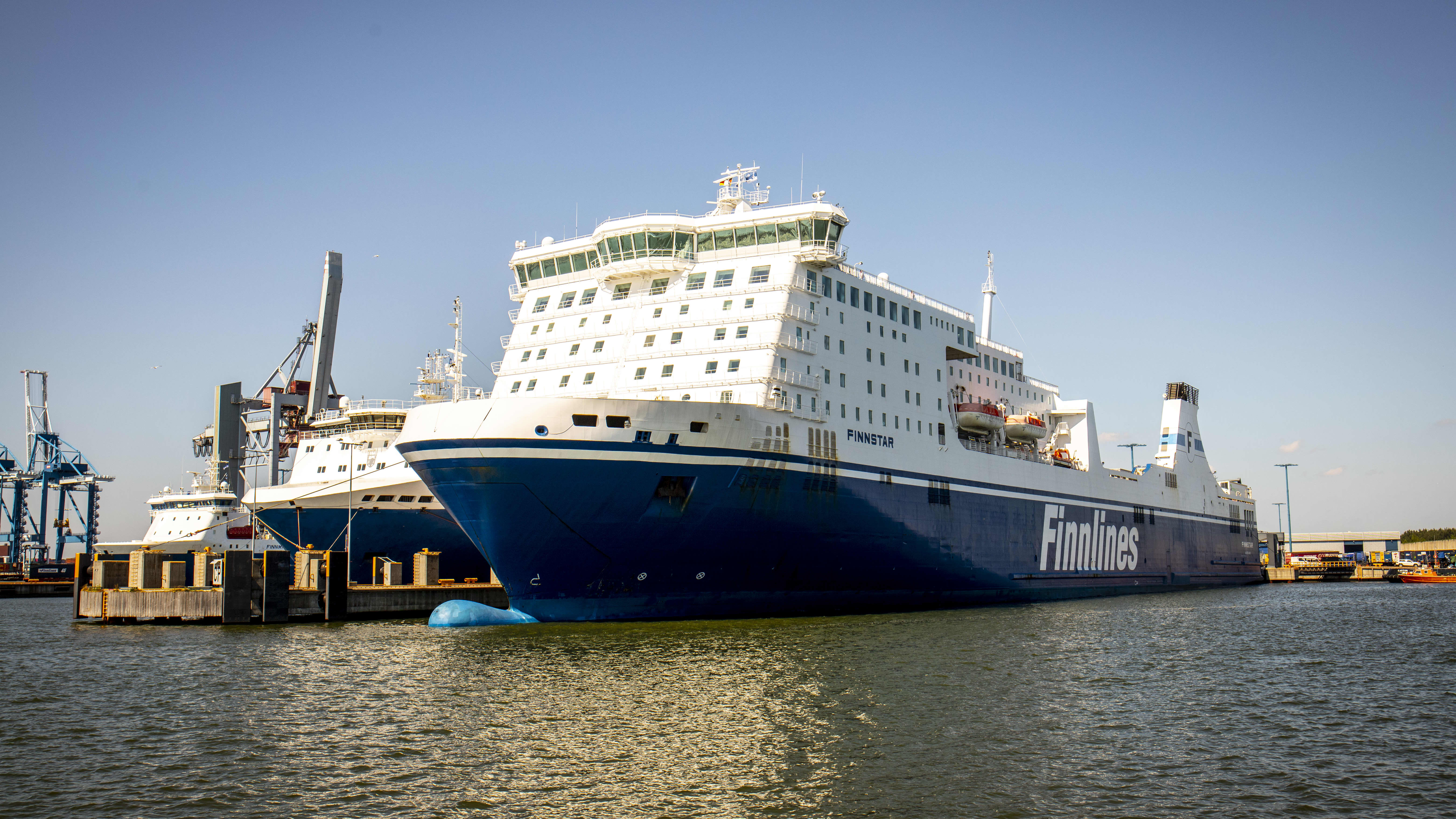 Finnlines laiva Vuosaaren satamassa.