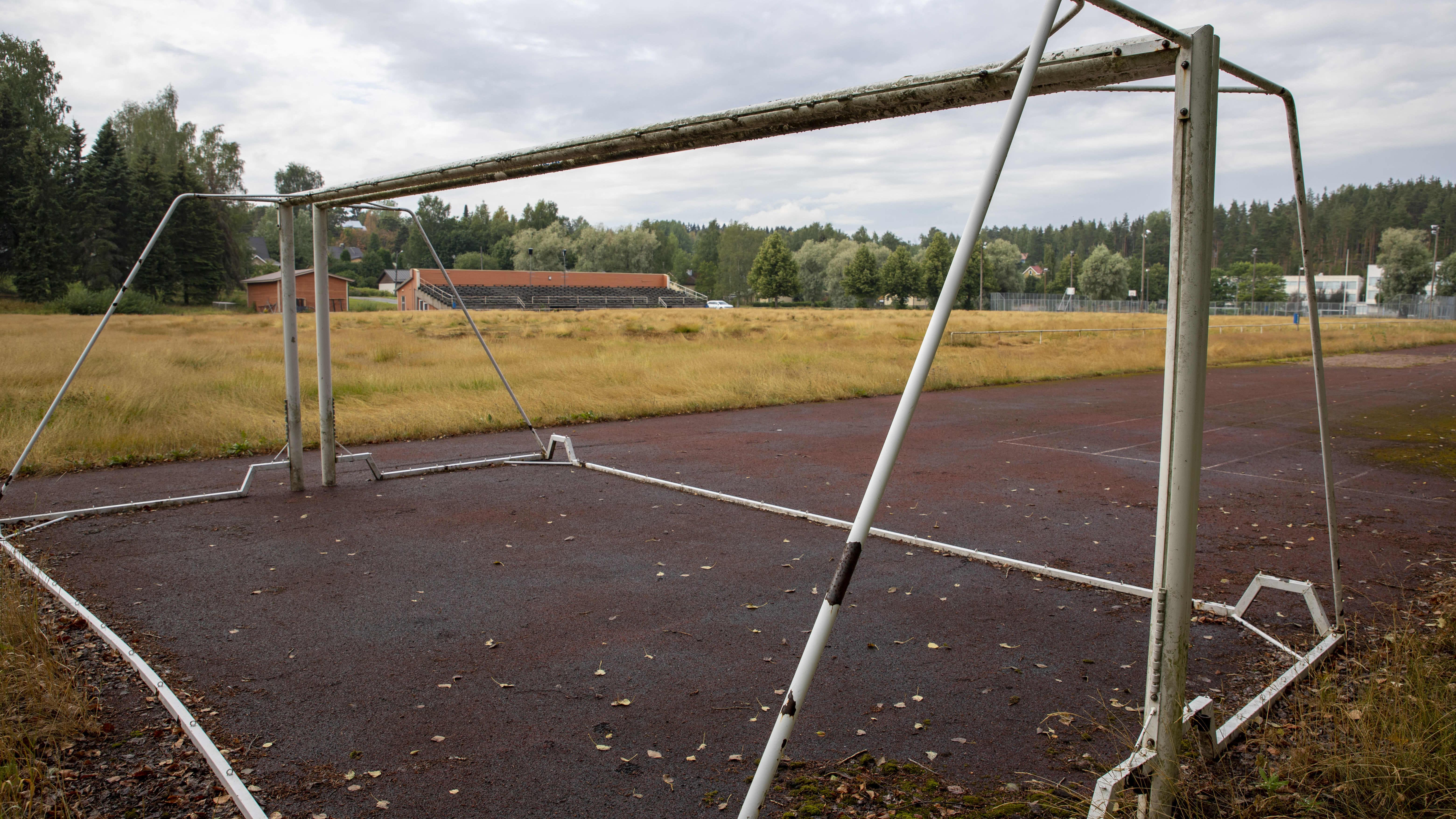 Sami Hyypiän lapsuuden kenttä on päästetty kasvamaan korkeaa heinää