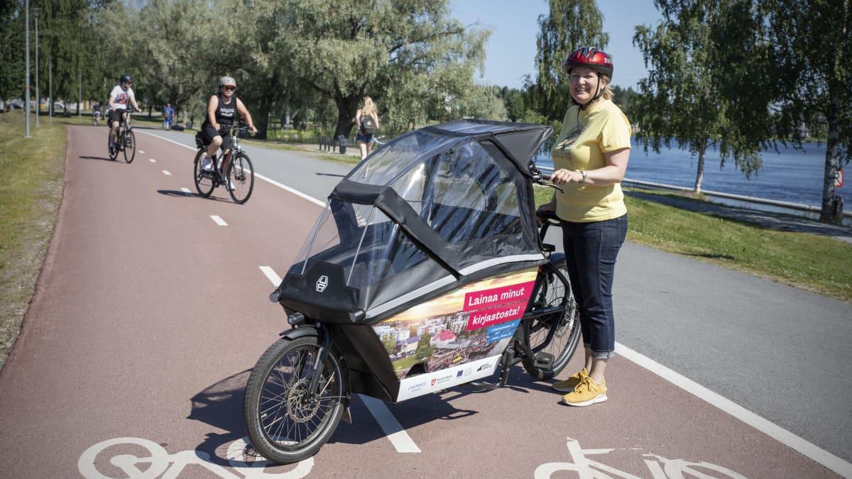 Kirjastosta voi lainata sähköavusteisen taakkapyörän Joensuussa