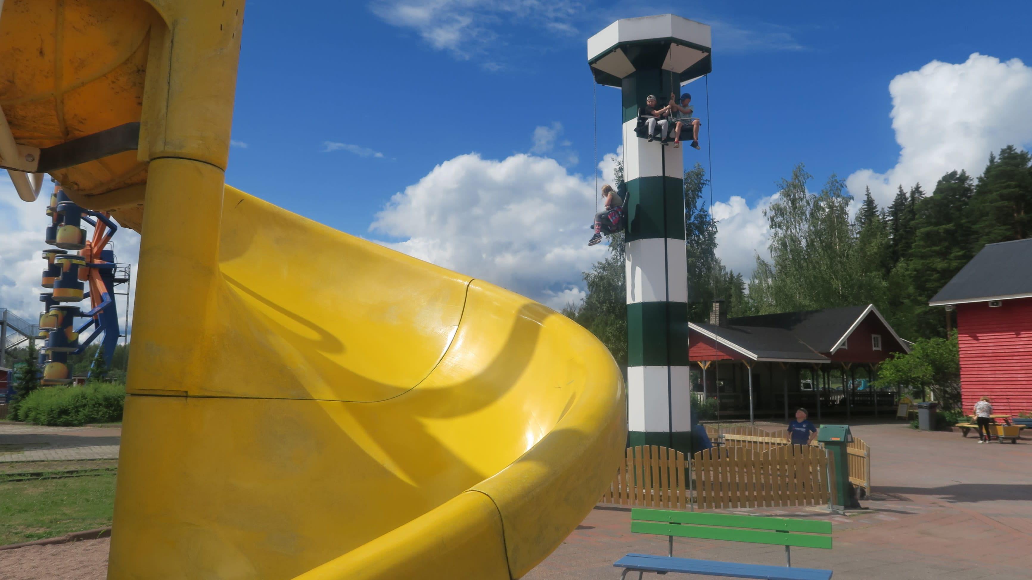 Huvipuisto Puuhamaassa sijaitseva keltainen kierreliukumäki.