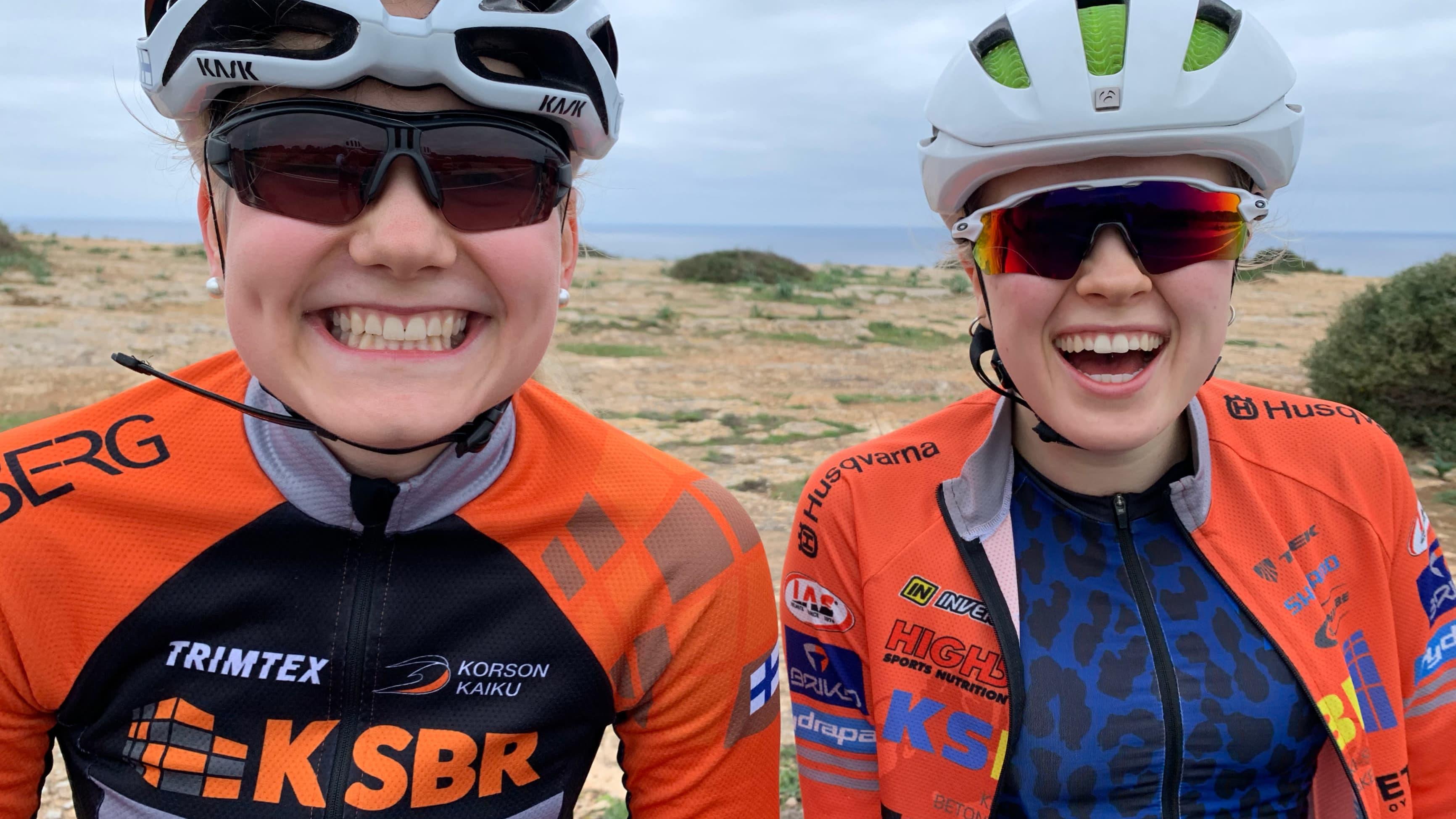 Pyöräilijät Anniina Ahtosalo (vasemmalla) ja Aino Hämäläinen.