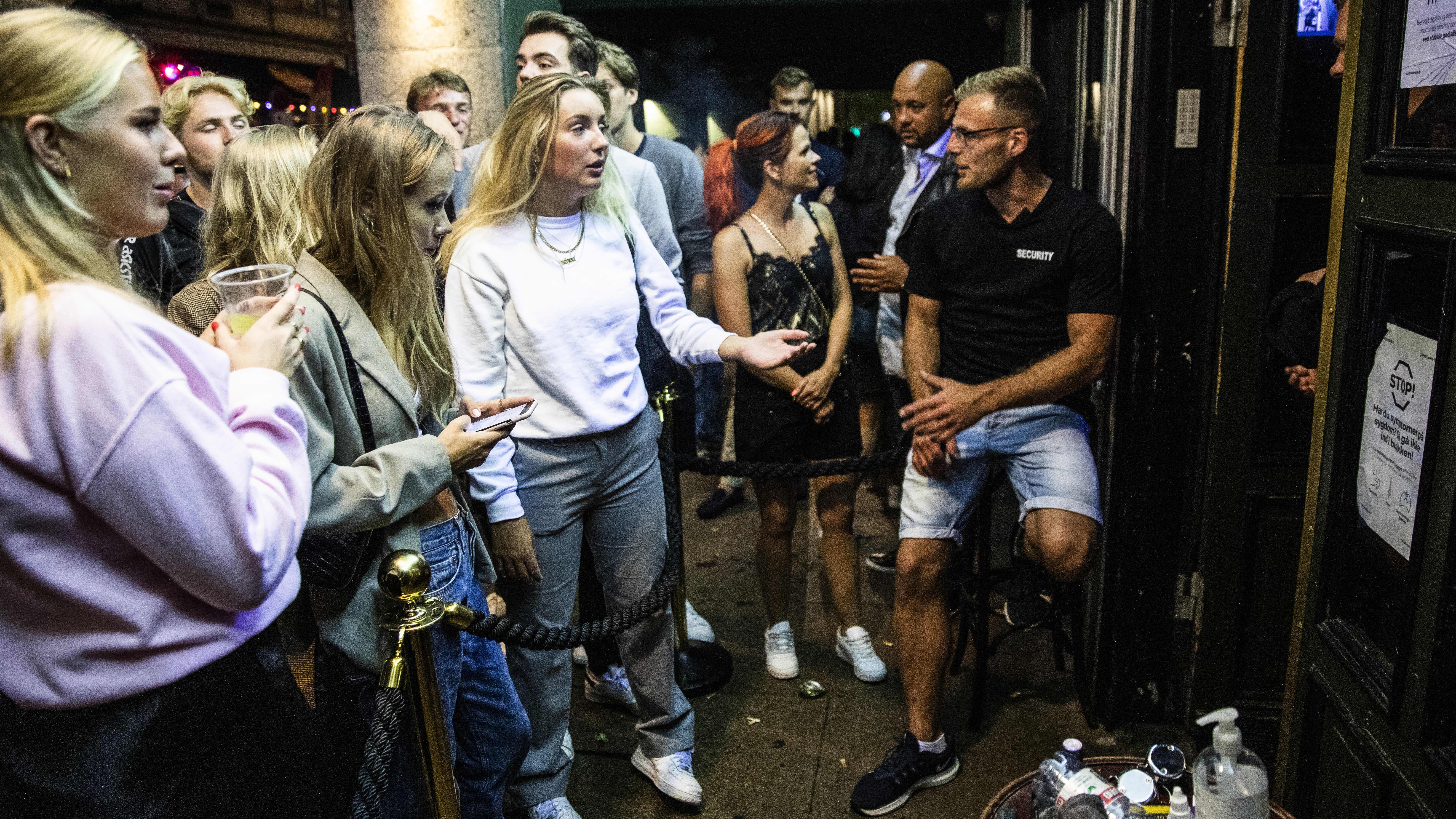 Asiakkaat jonottivat elokuussa Ibiza Beach Bariin ehtiäkseen sisään ennen klo 23:ea, jonka jälkeen sisäänpääsy kiellettiin hallituksen päätöksellä.