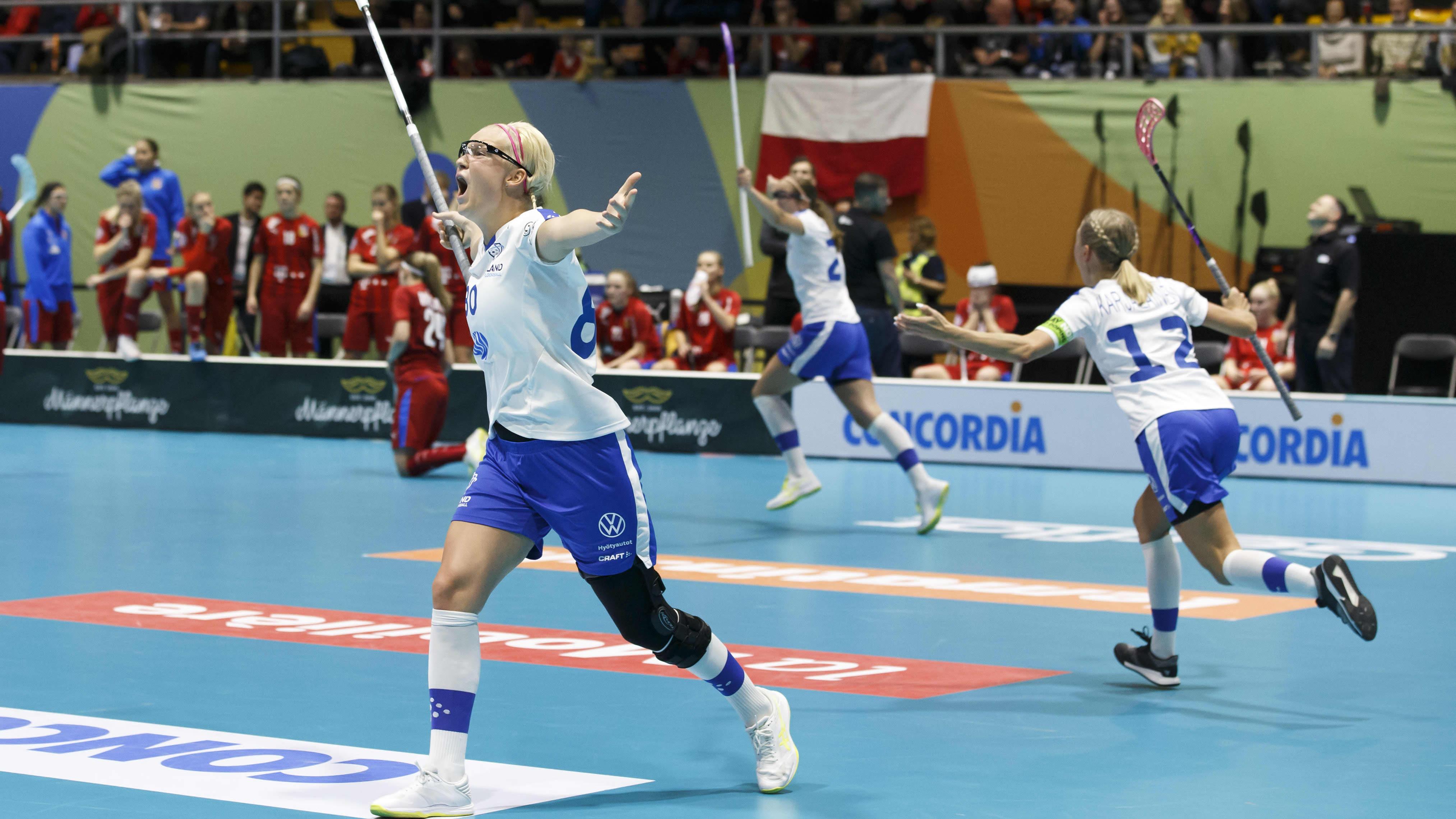 My Kippilä (vas.), Oona Kauppi ja Mia Karjalainen juhlivat Suomen voittomaalia vuoden 2019 MM-kisojen pronssiottelussa.