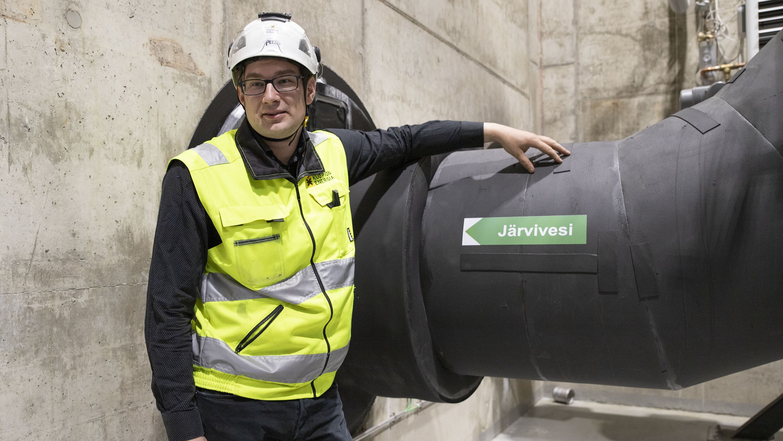 Kuopion Energian projektipäällikkö Petri Turtiainen suuren vesiputken äärellä.