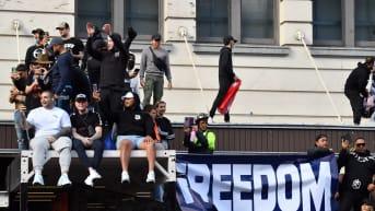 Mielenosoittajia katoksen päällä mukanaan vapautta vaativa lakana.