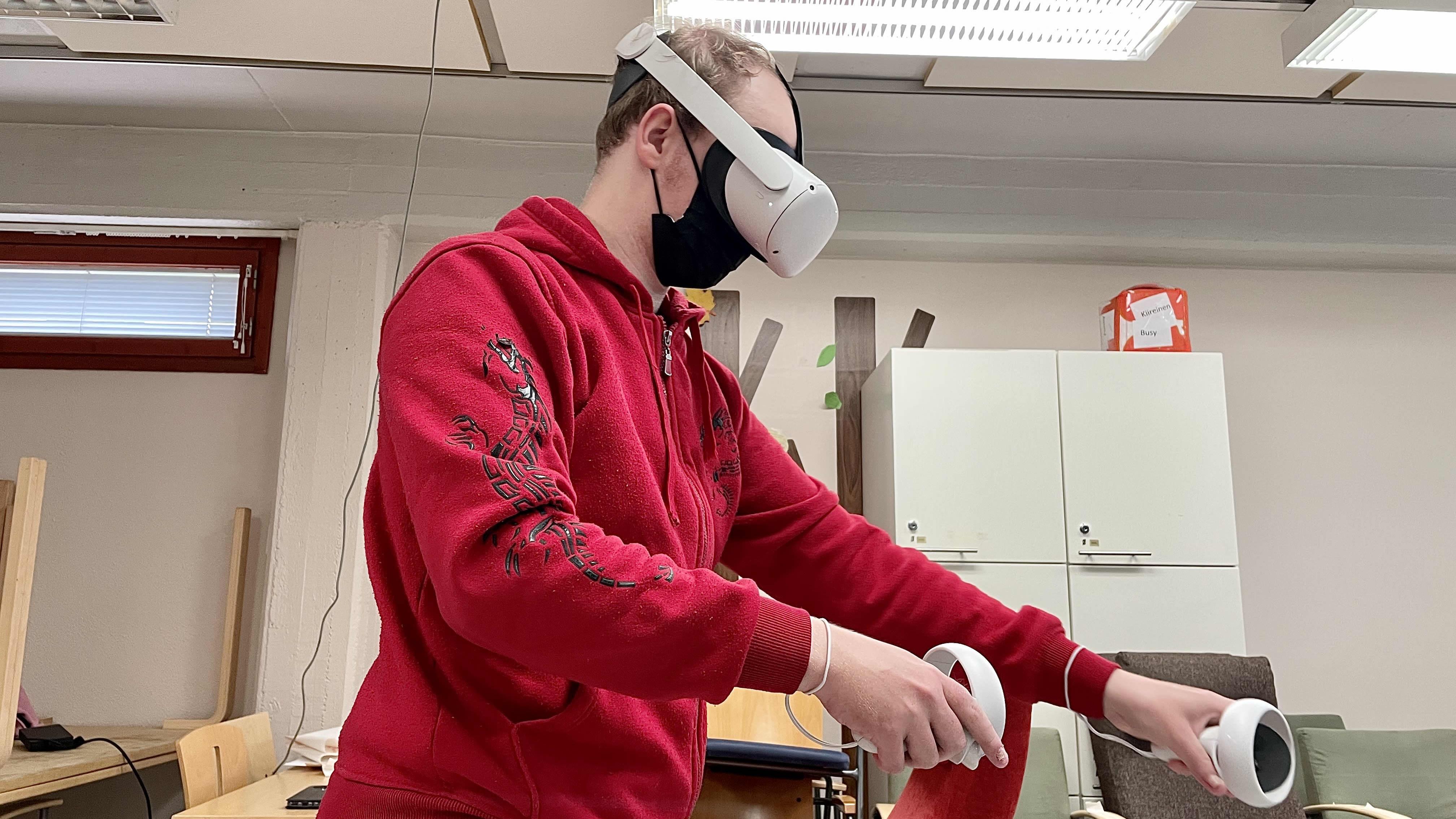 """Kajaanilainen Tapio Shnoro kokeilemassa """"Mysteeri 24/7"""" virtuaalista pakopeliä Kulttuuripaja Marilynin tiloissa."""
