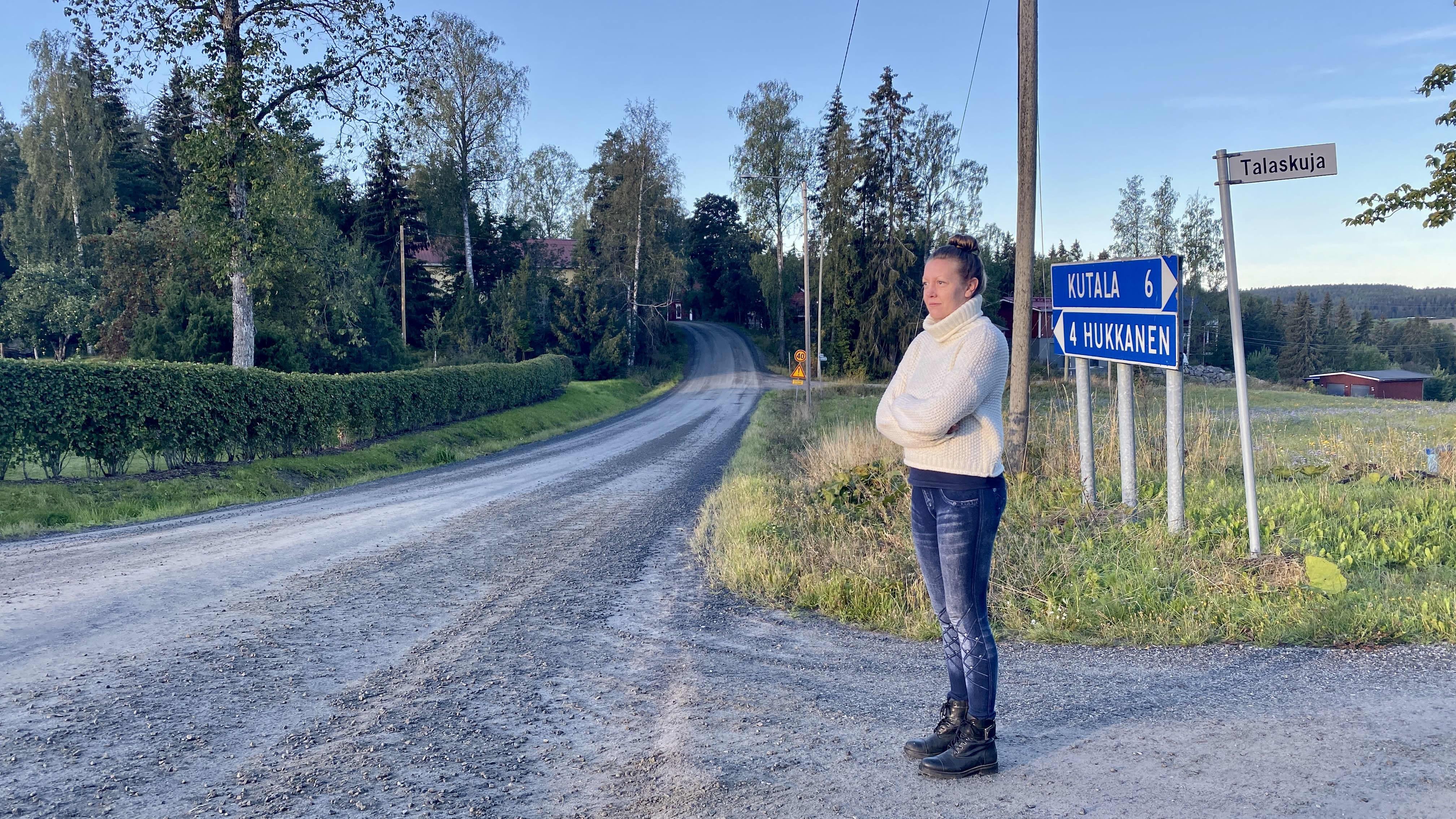 Tanja Kankaanpää seisomassa Kärppälänraitin ja Kärppäläntien risteyksessä.