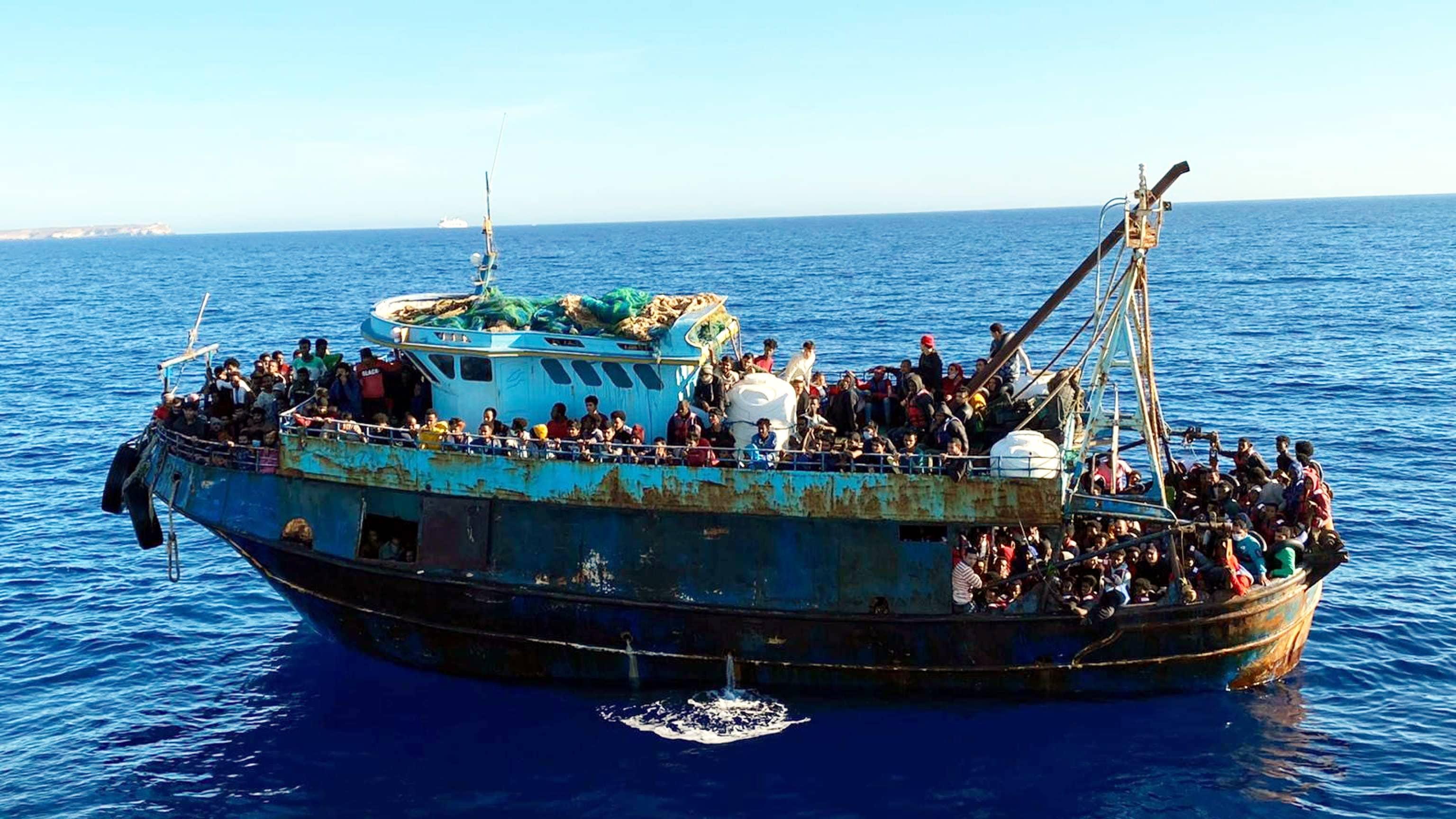 Vene täynnä siirtolaisia Italiassa.