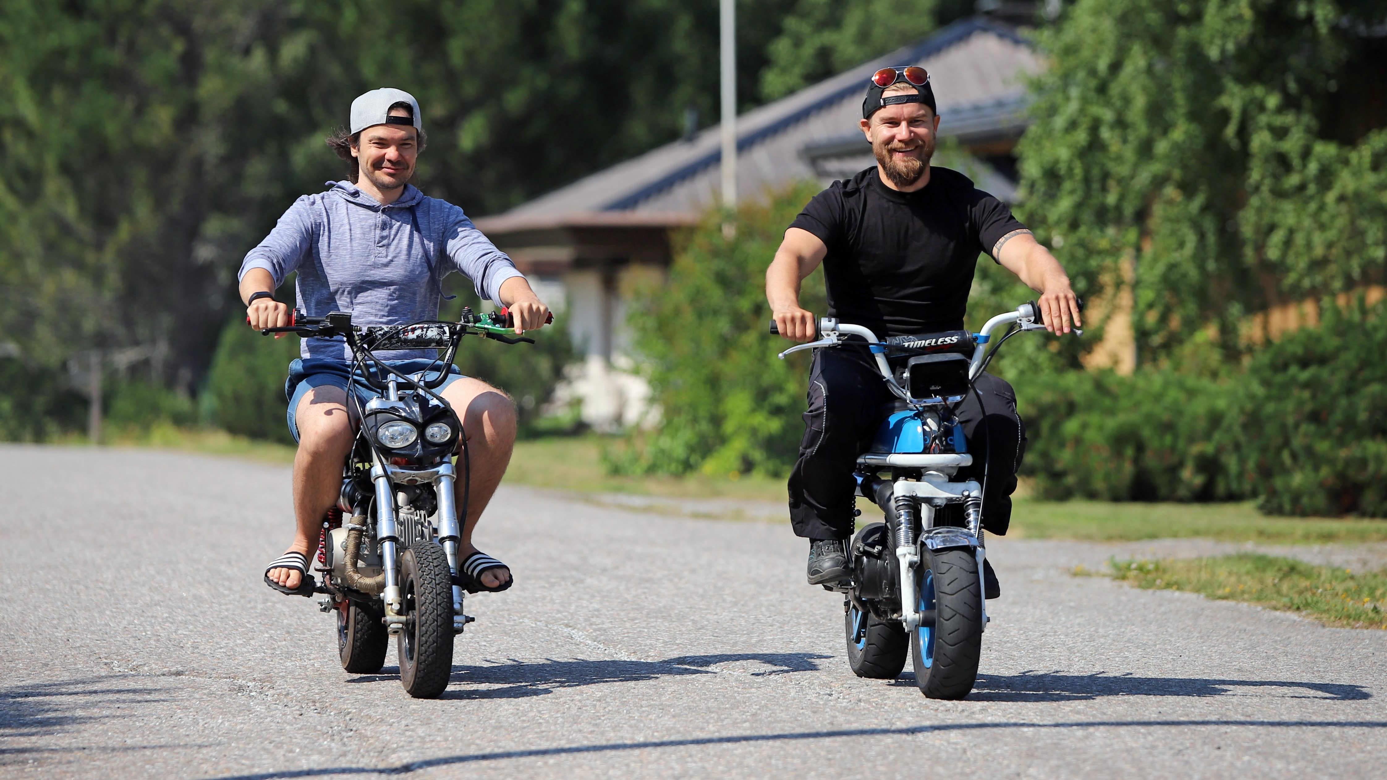 Biisonimafian Kai Rinkinen ja Janne Kaperi ajavat mopoilla.