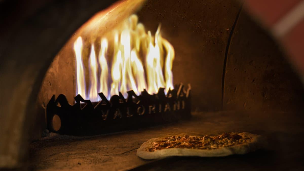 Pitsaa paistetaan pizzerian avotuliuunissa.