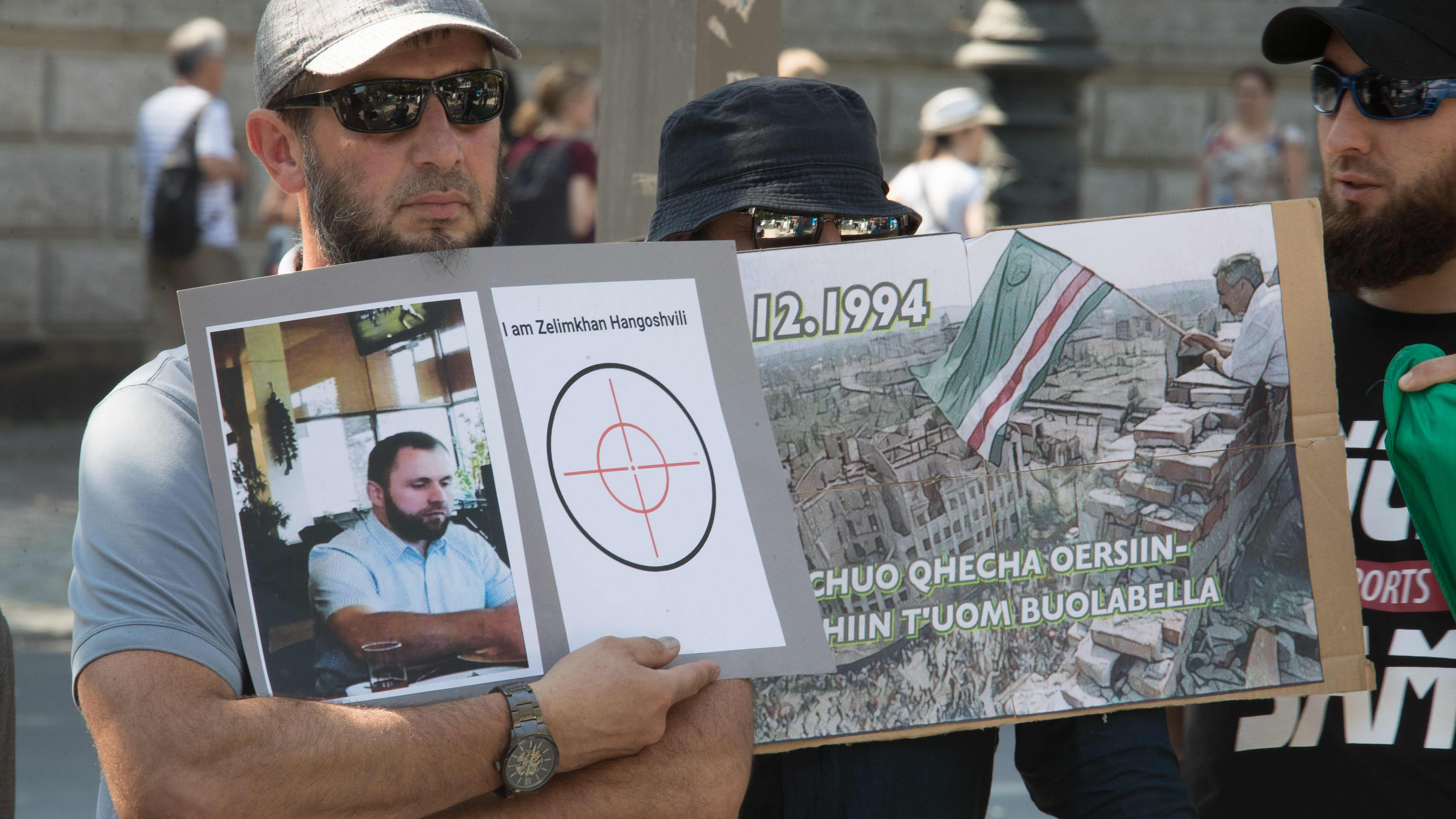 Mielenosoittaja pitelee murhatun Zelimhan Hangošvilin kuvaa.