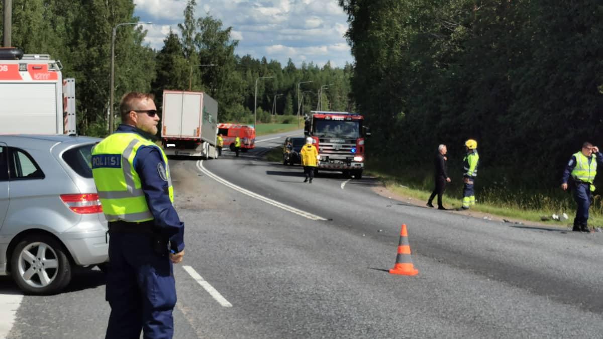 Raskas ajoneuvo ja kaksi henkilöautoa kolaroivat Parkanossa