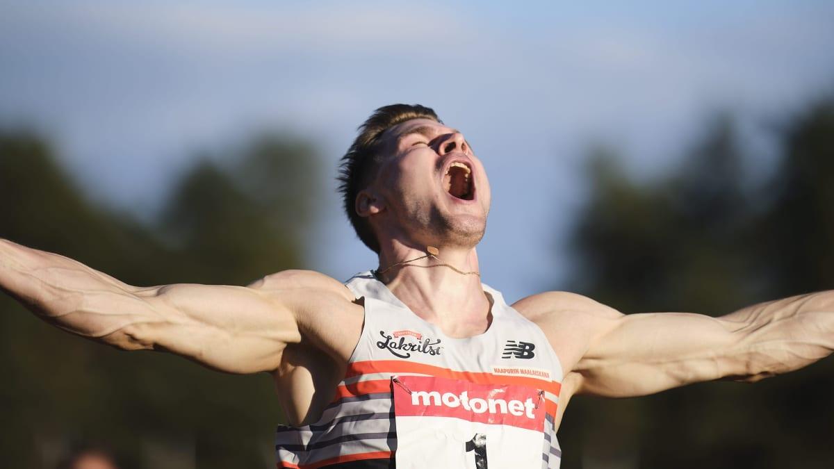 Elmo Lakka tuulettaa 110 metrin aitojen Suomen ennätysaikaa 13,31 Jyväskylässä Harjun stadionilla.
