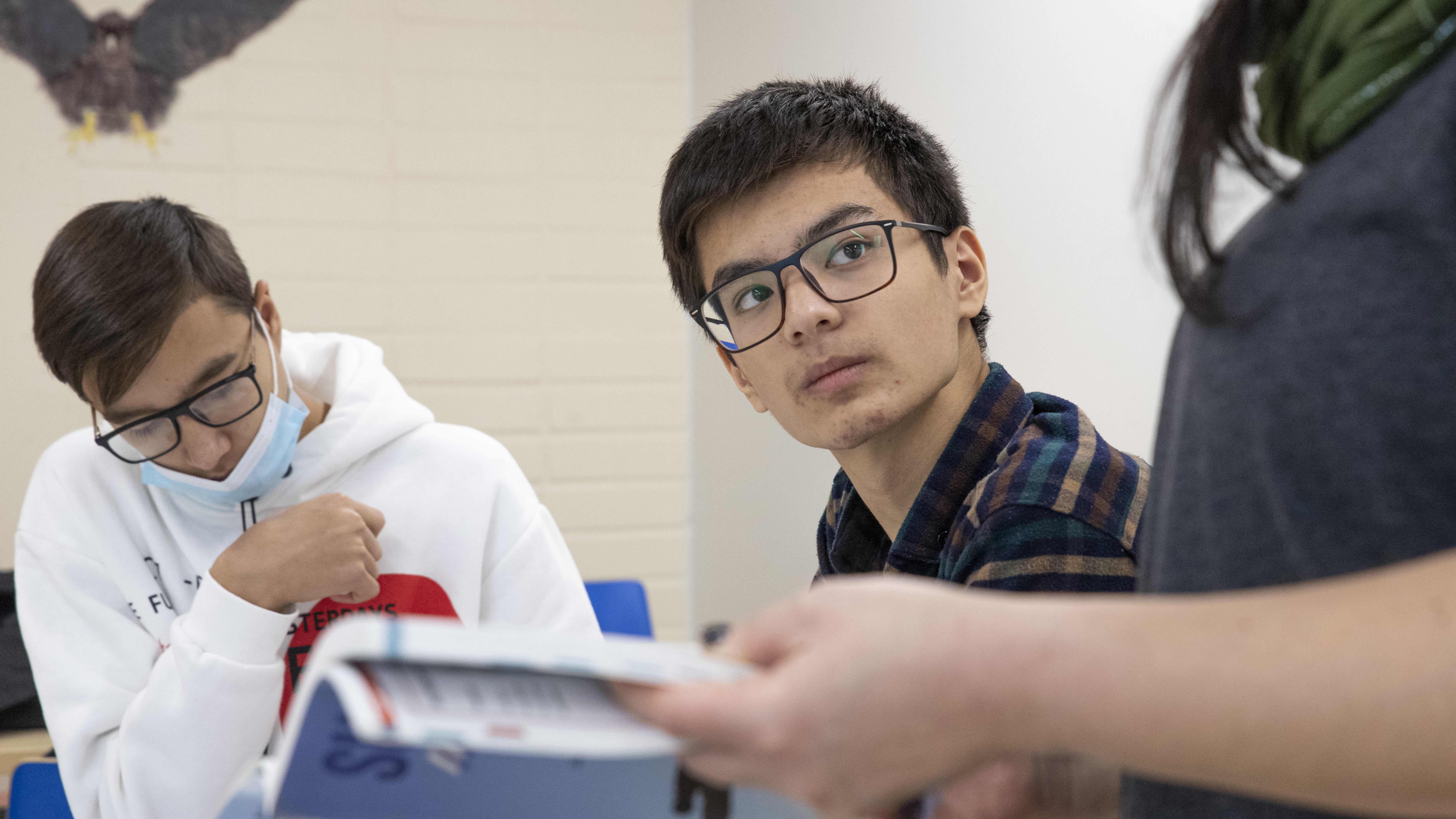 """Uzbekistanilaiset nuoret tykästyivät pieneen suomalaislukioon: """"Täällä on enemmän vapaa-aikaa"""""""