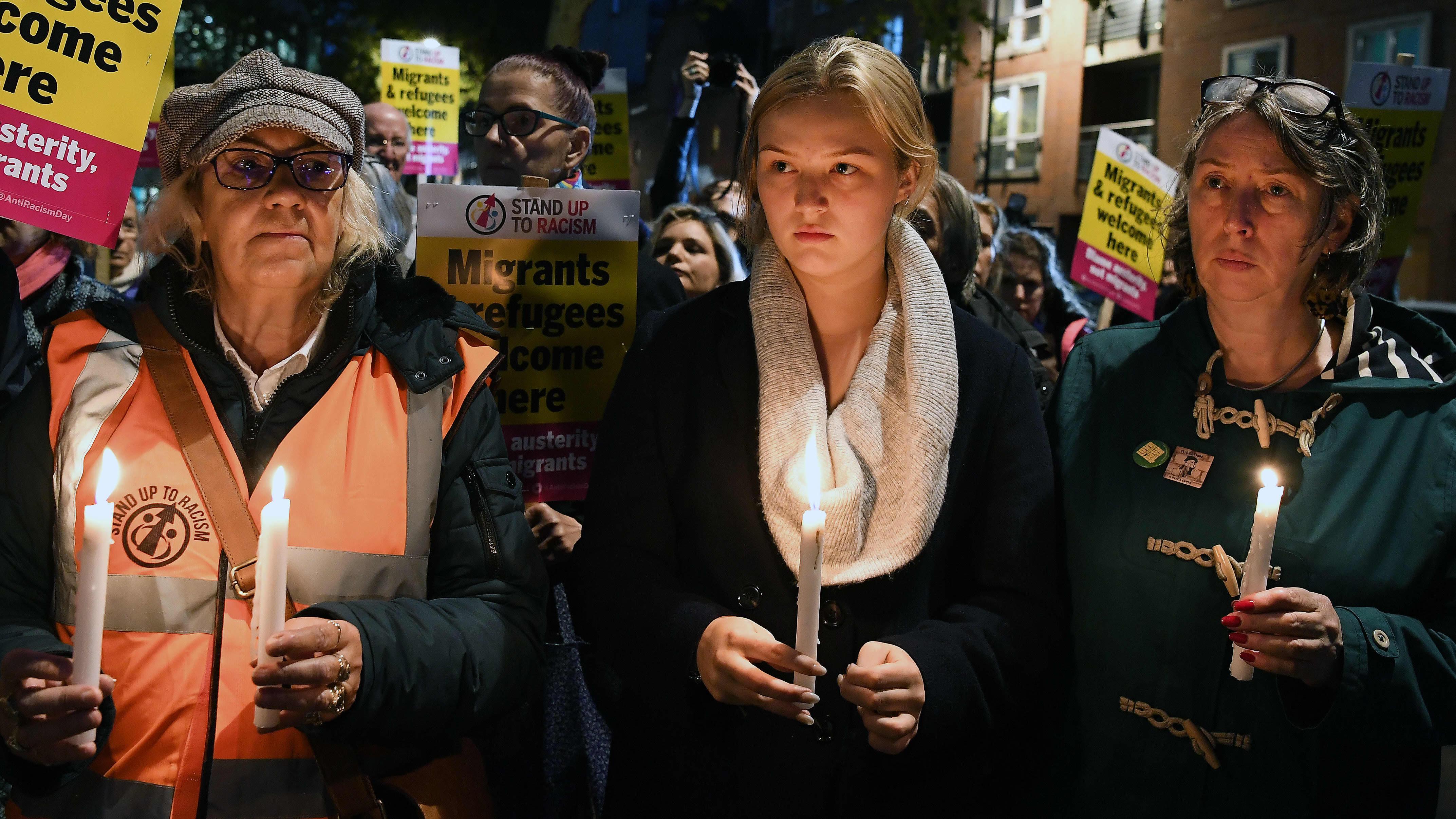 Lontoossa ihmiset pitivät käsissään kynttilöitä muistotilaisuudessa, jossa muistettiin Essexin rekkatragedian uhreja.