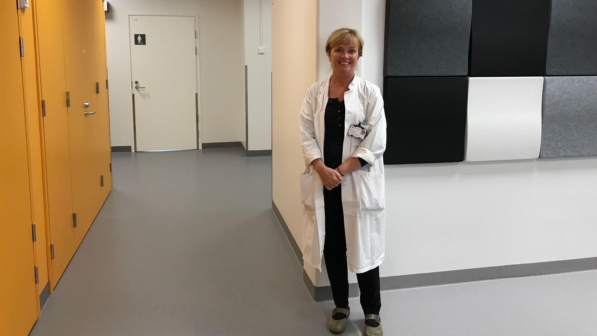 Maria Backström i en korridor på sjukhuset.