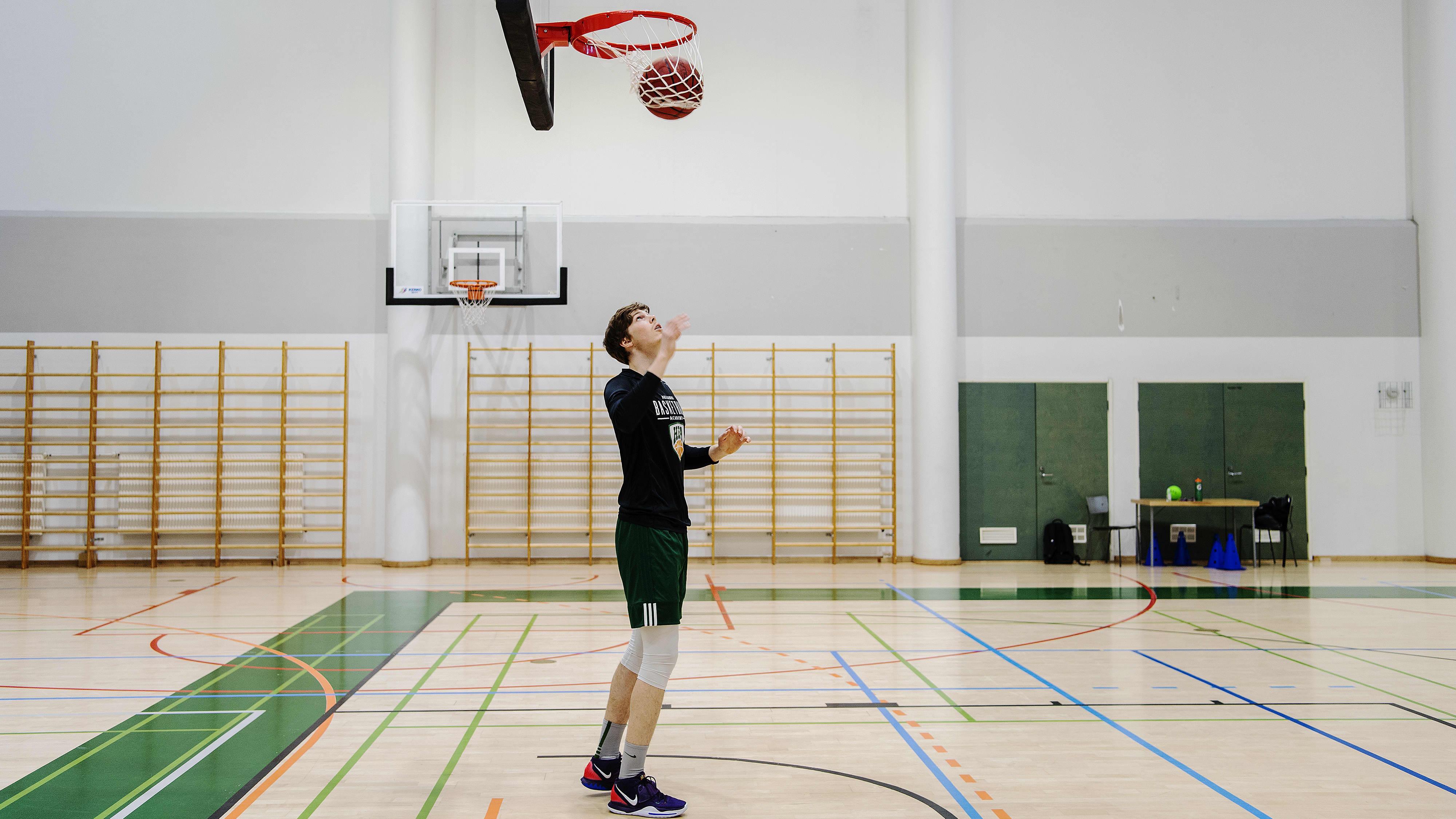 Kuvassa Touko Tainamo pelaa koripalloa.