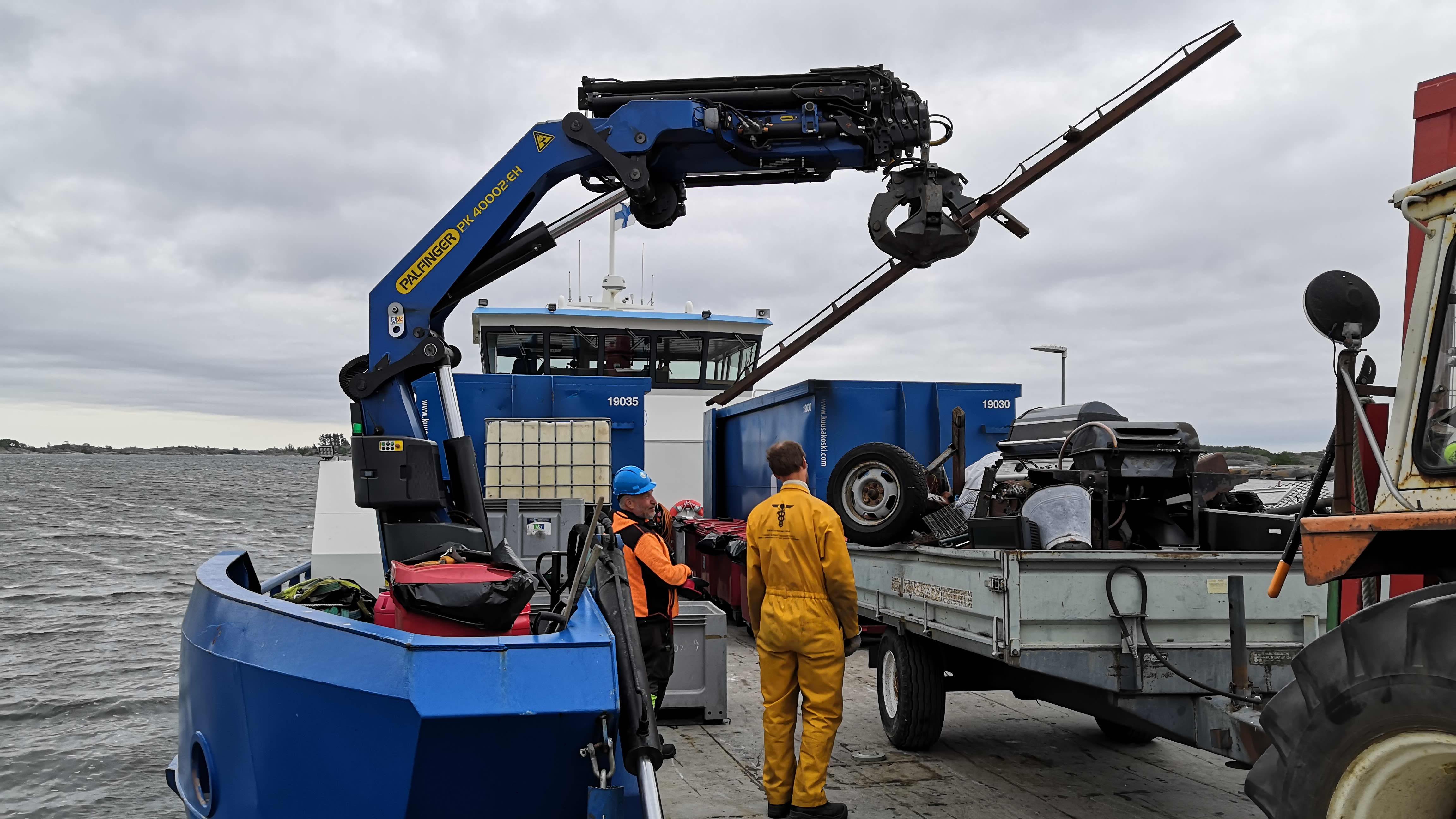 Metalliromua nostetaan kouralla keräyslavalle Turun saaristossa
