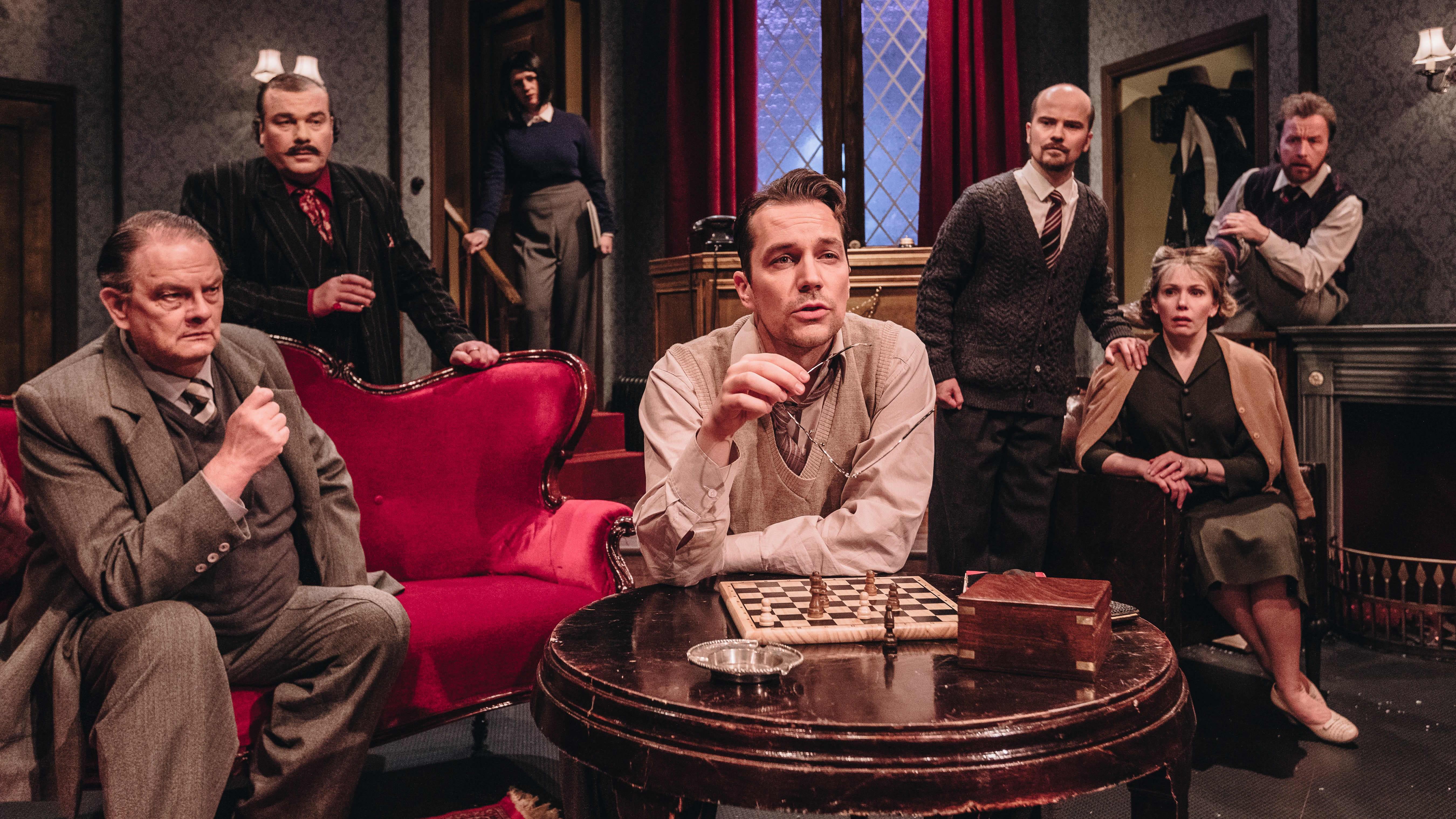 Kuvassa on Hiirenloukku-näytelmän näyttelijöitä.