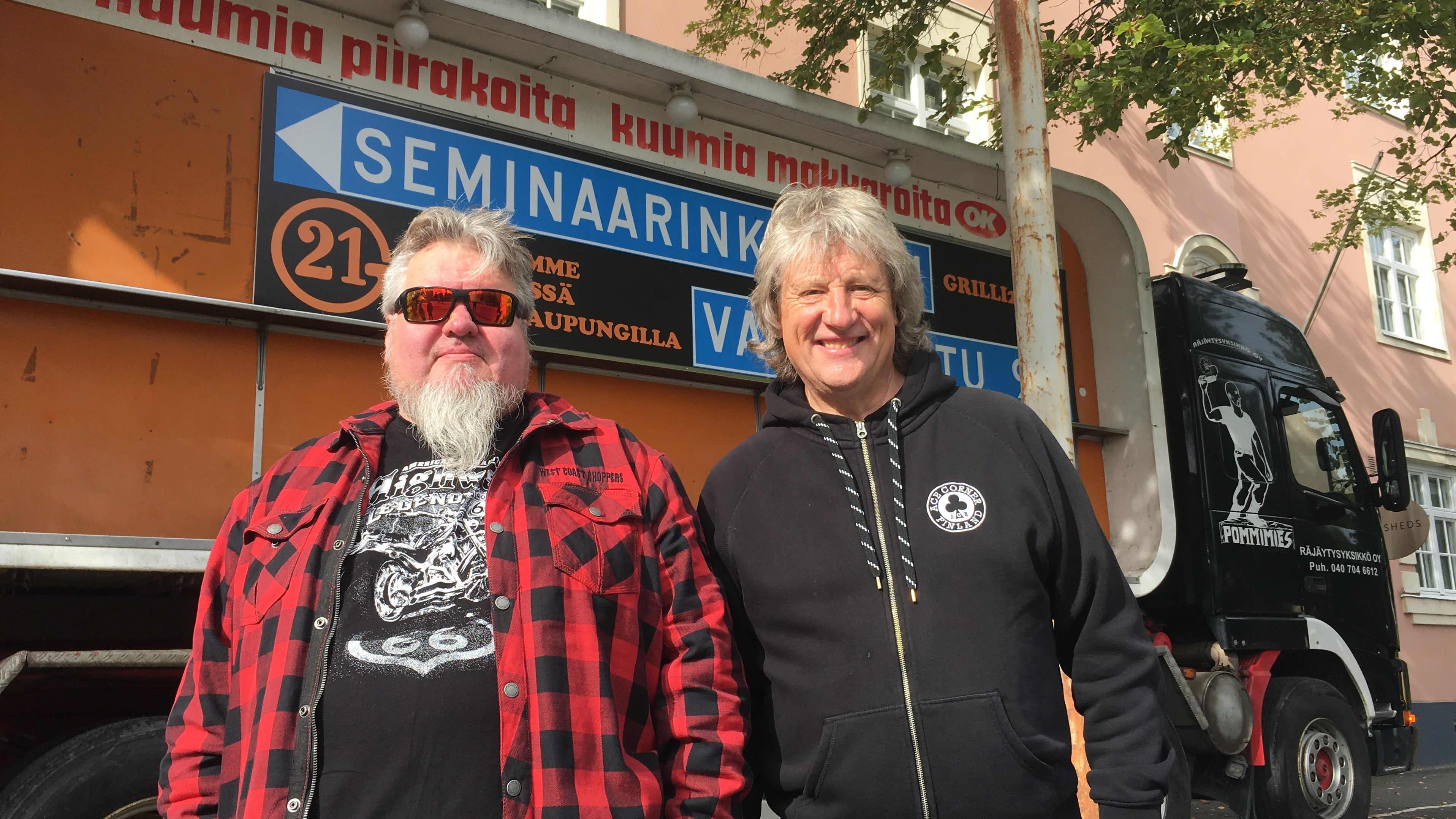 Markku Mäkinen ja Riku Routo seisovat kuorma-auton lavalle nostetun Puistokadun grillin edessä.