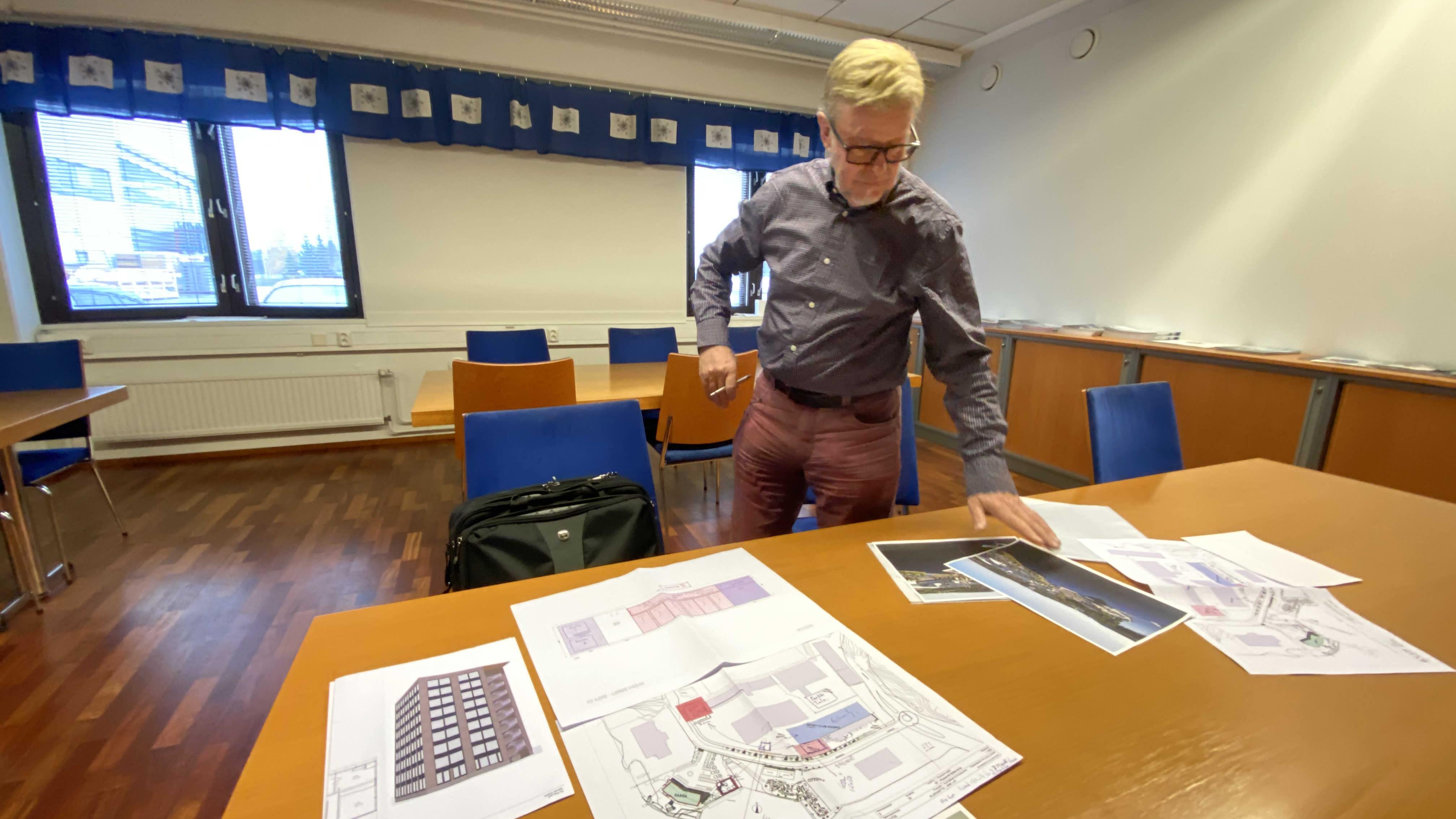 Raimo Sonninen tarkastelee Siikarannan uusia suunnitelmia