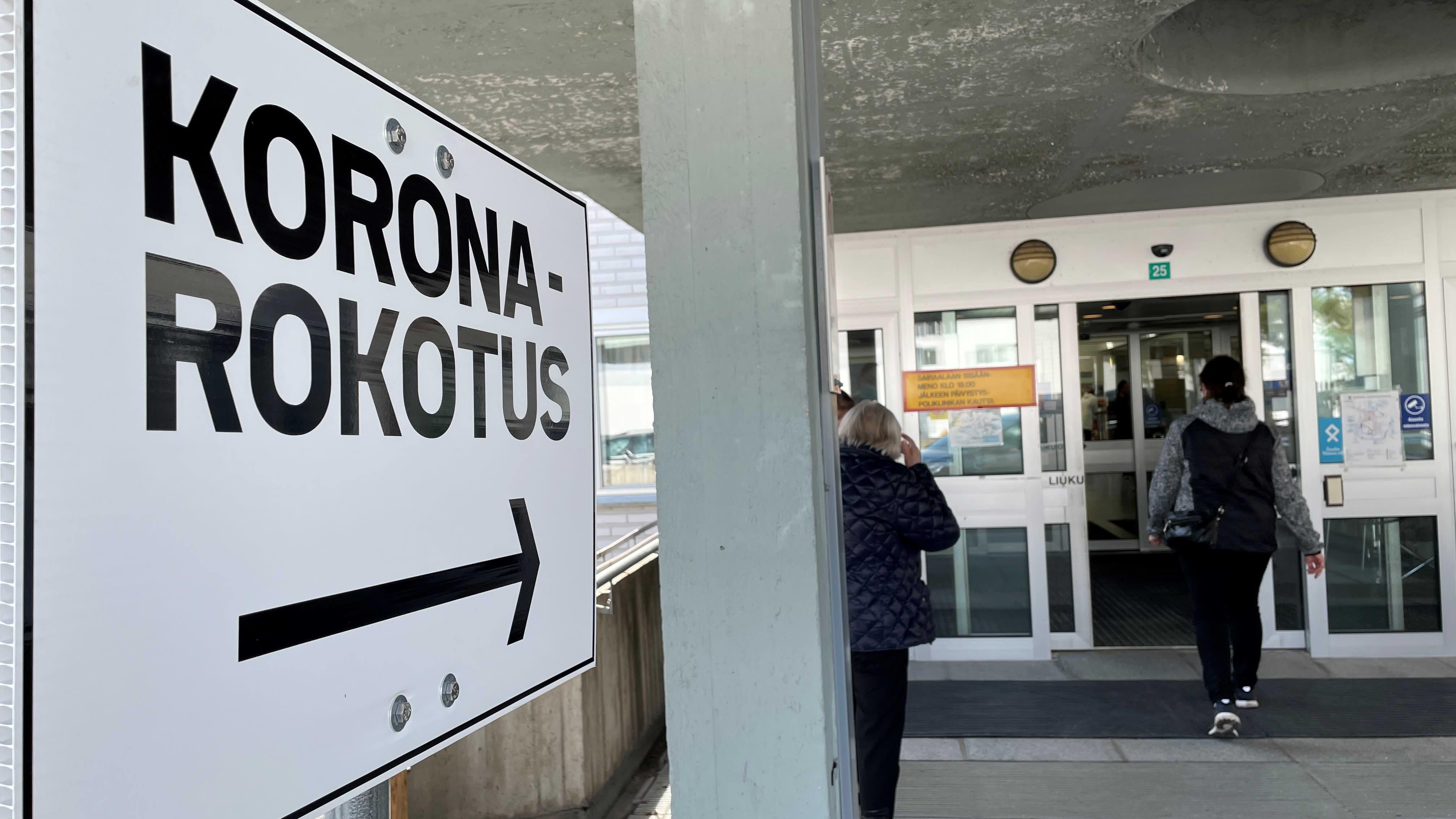 Koronarokotuskyltti Kainuun vanhan keskussairaalan pääsisäänkännillä.